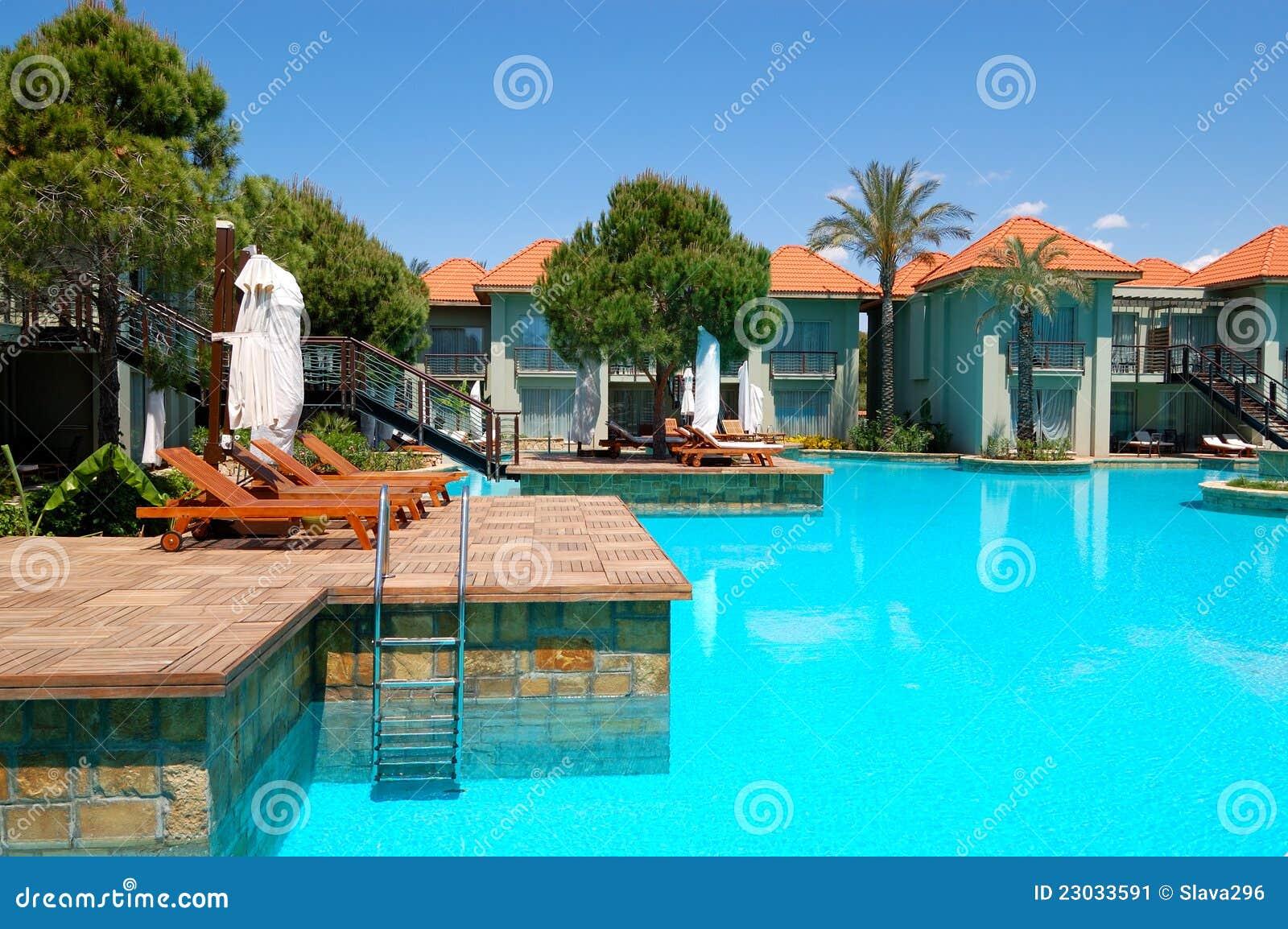 Chalets y piscina de lujo en el hotel de lujo imagen de - Piscinas para chalets ...
