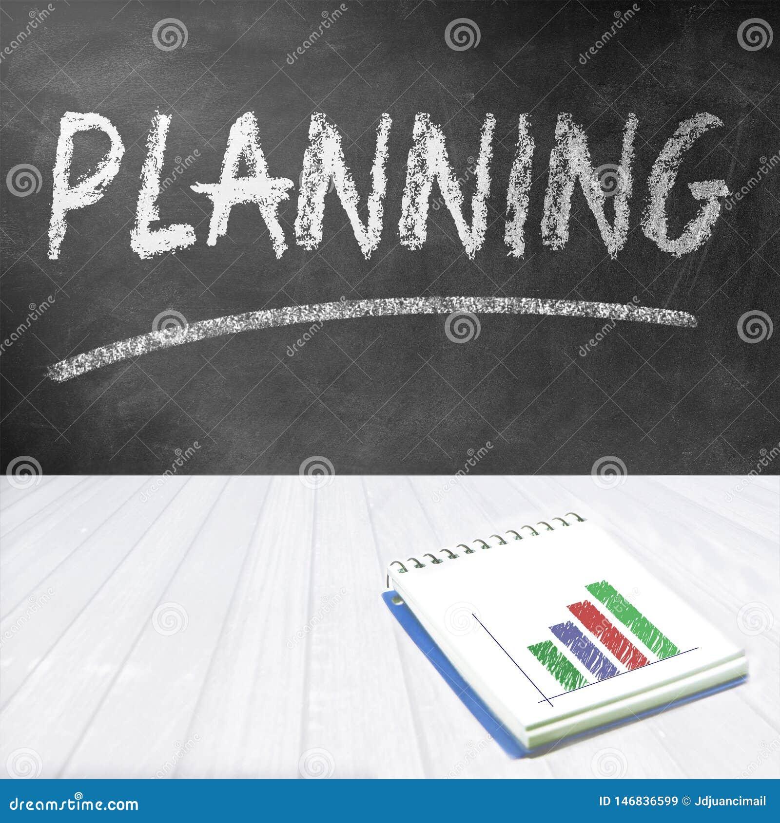 Chalkboard z słowa planowaniem pisać dalej Notatnik z pieniężnym wykresem