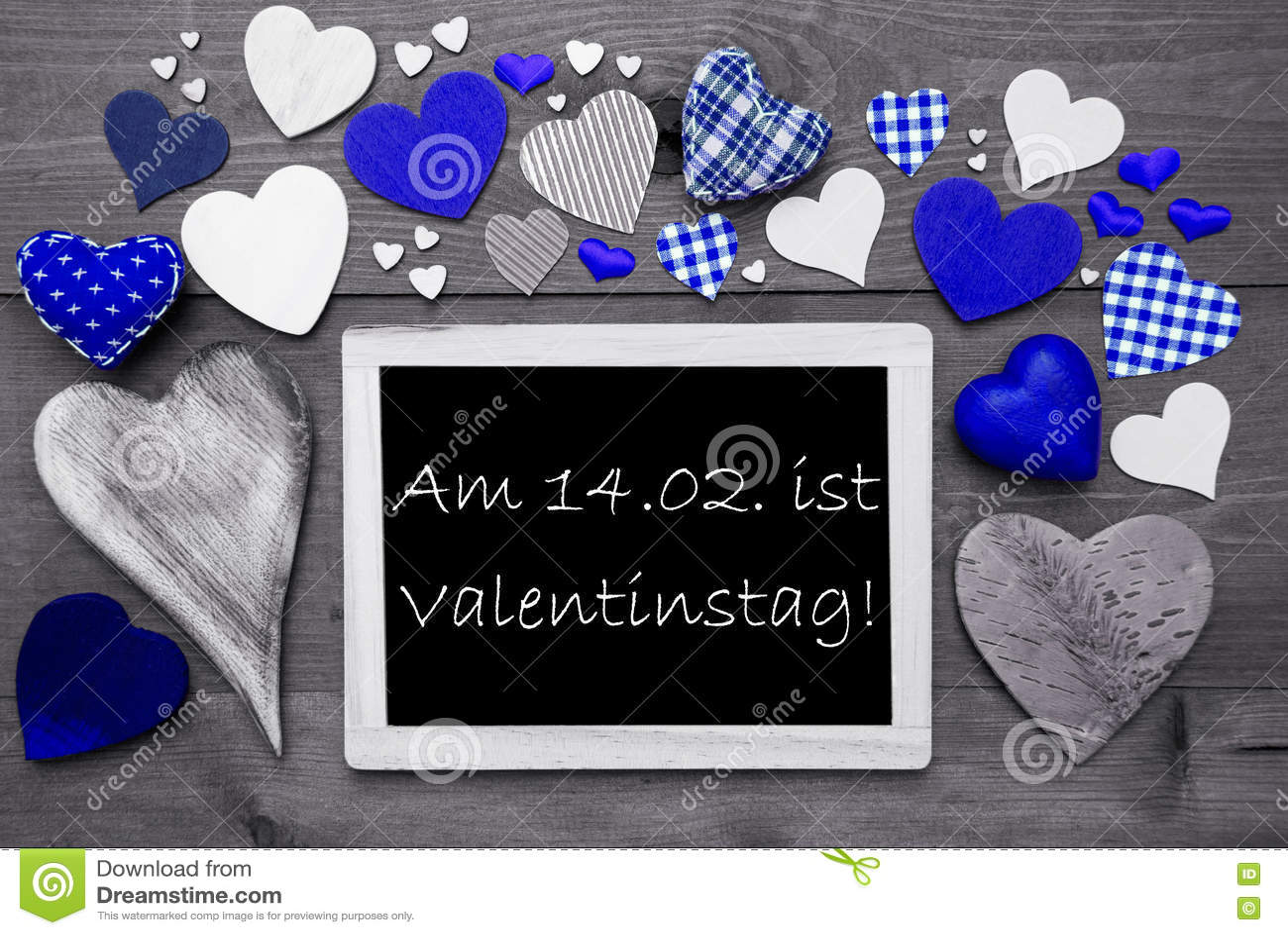 Chalkbord com muitos corações azuis, Valentinstag significa o dia de Valentim