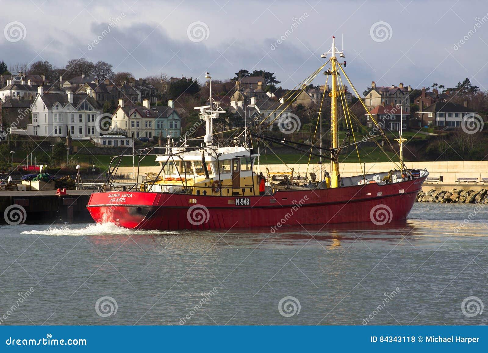 Chalutier venant à sa couchette dans un port en Irlande prenant l abri pendant une tempête en mer d Irlande