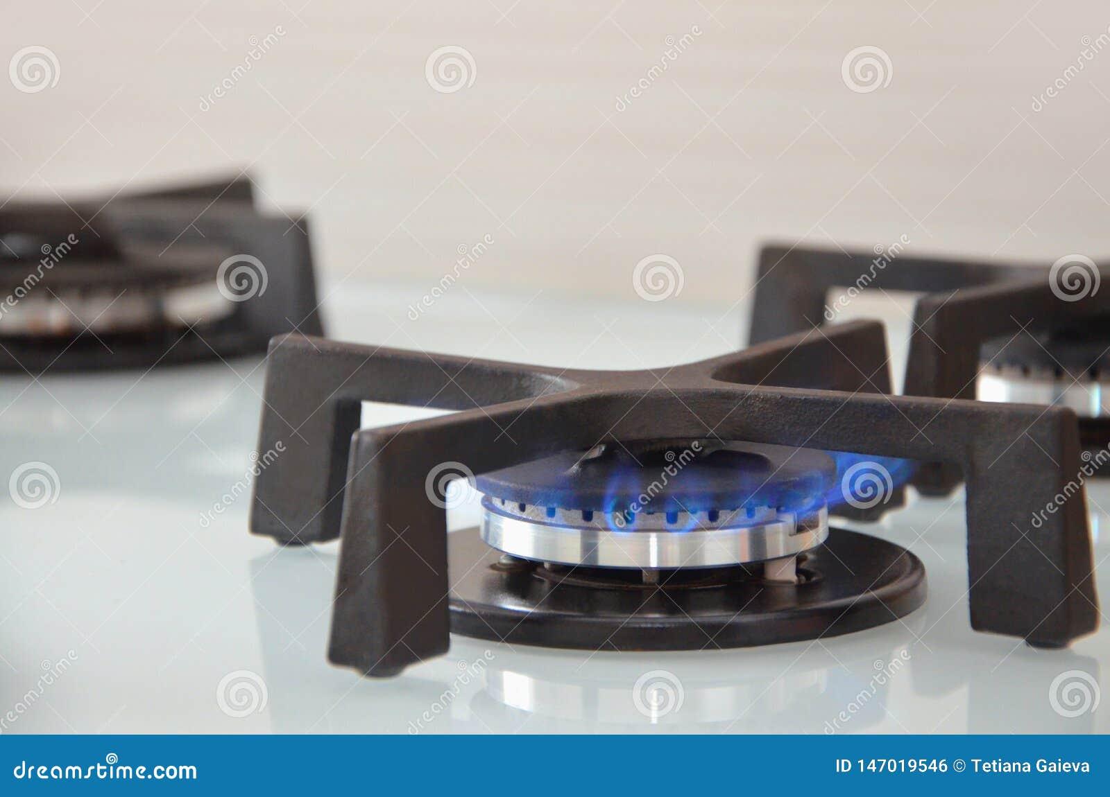 Chama azul em um fogão de gás