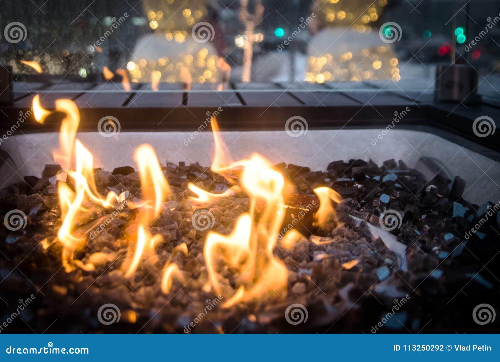 Chama de ardência amarela no poço de vidro do fogo