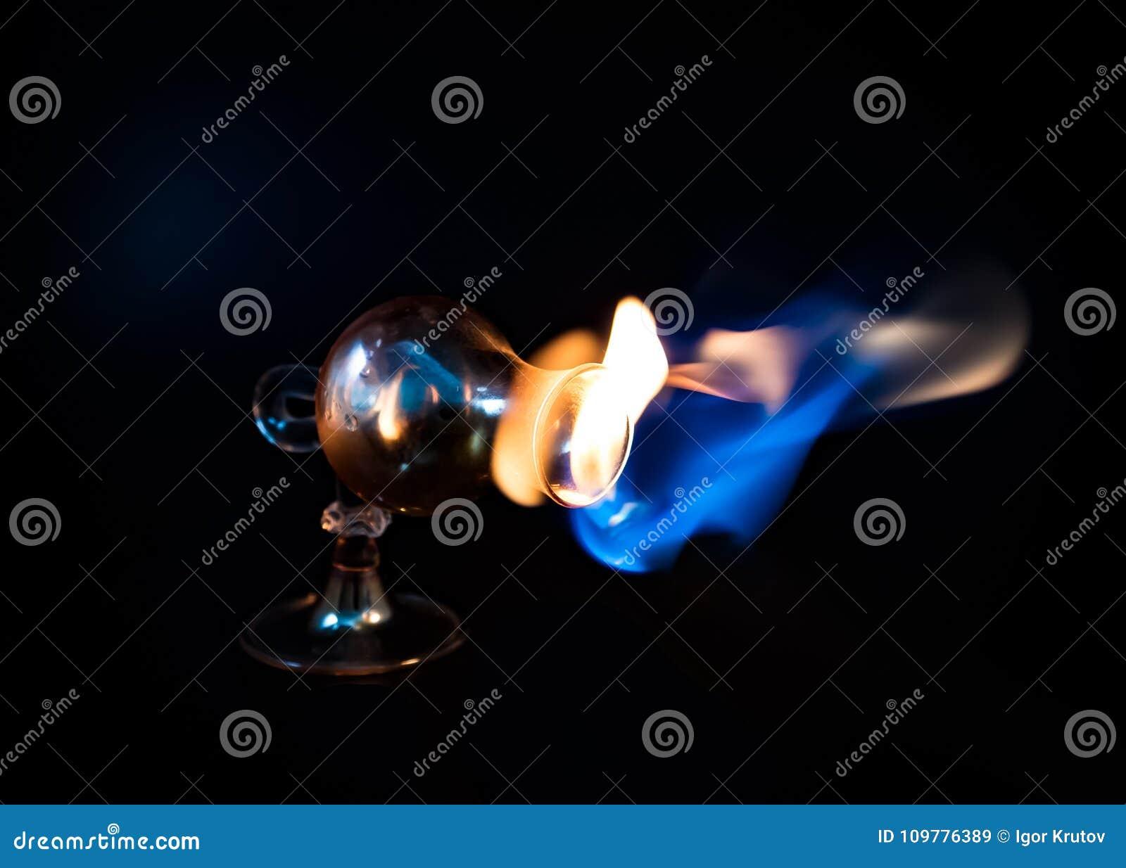A chama escapa do vidro curvado