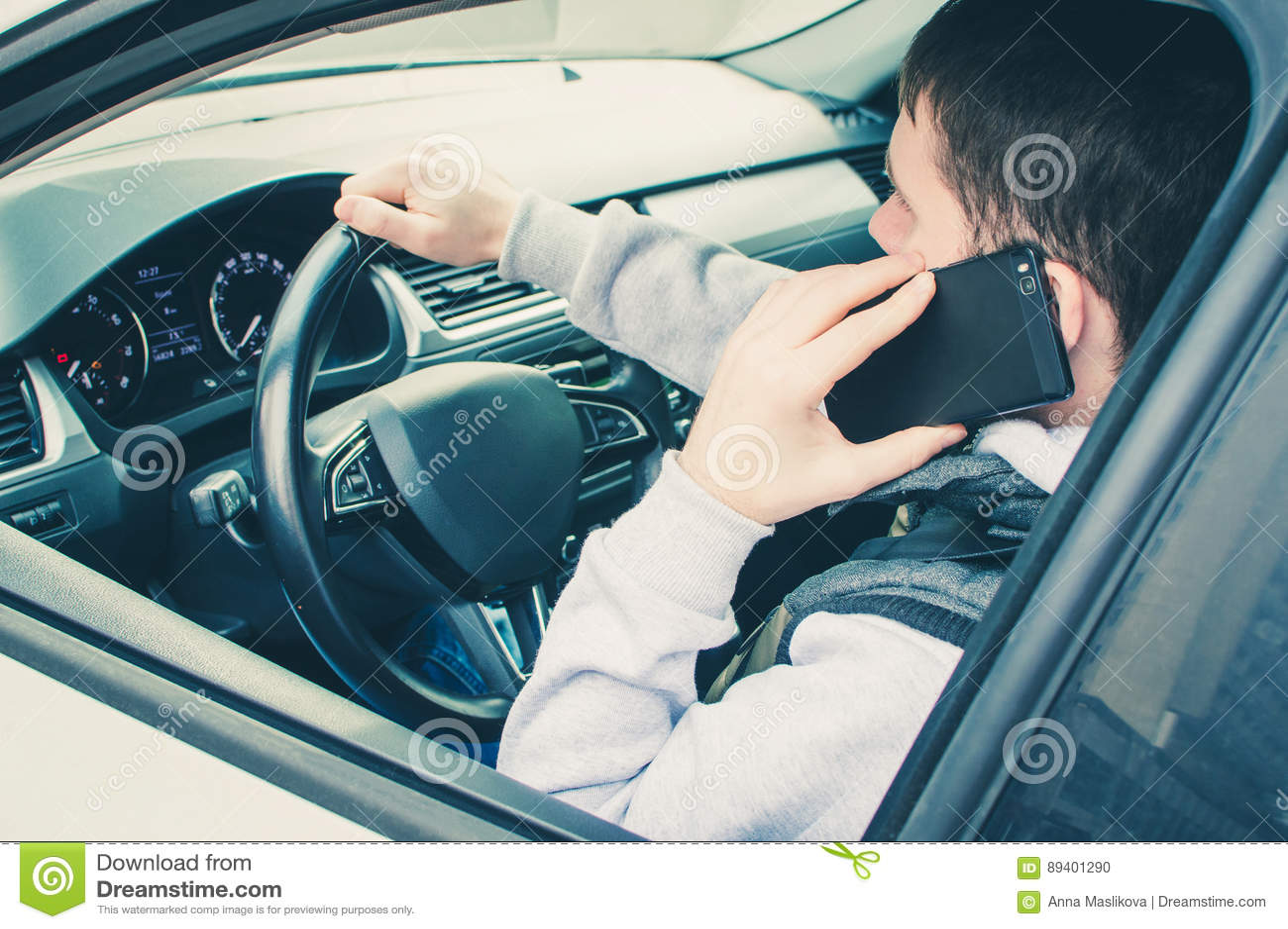 Chamada conduzindo Motorista arriscado que usa o telefone ao conduzir