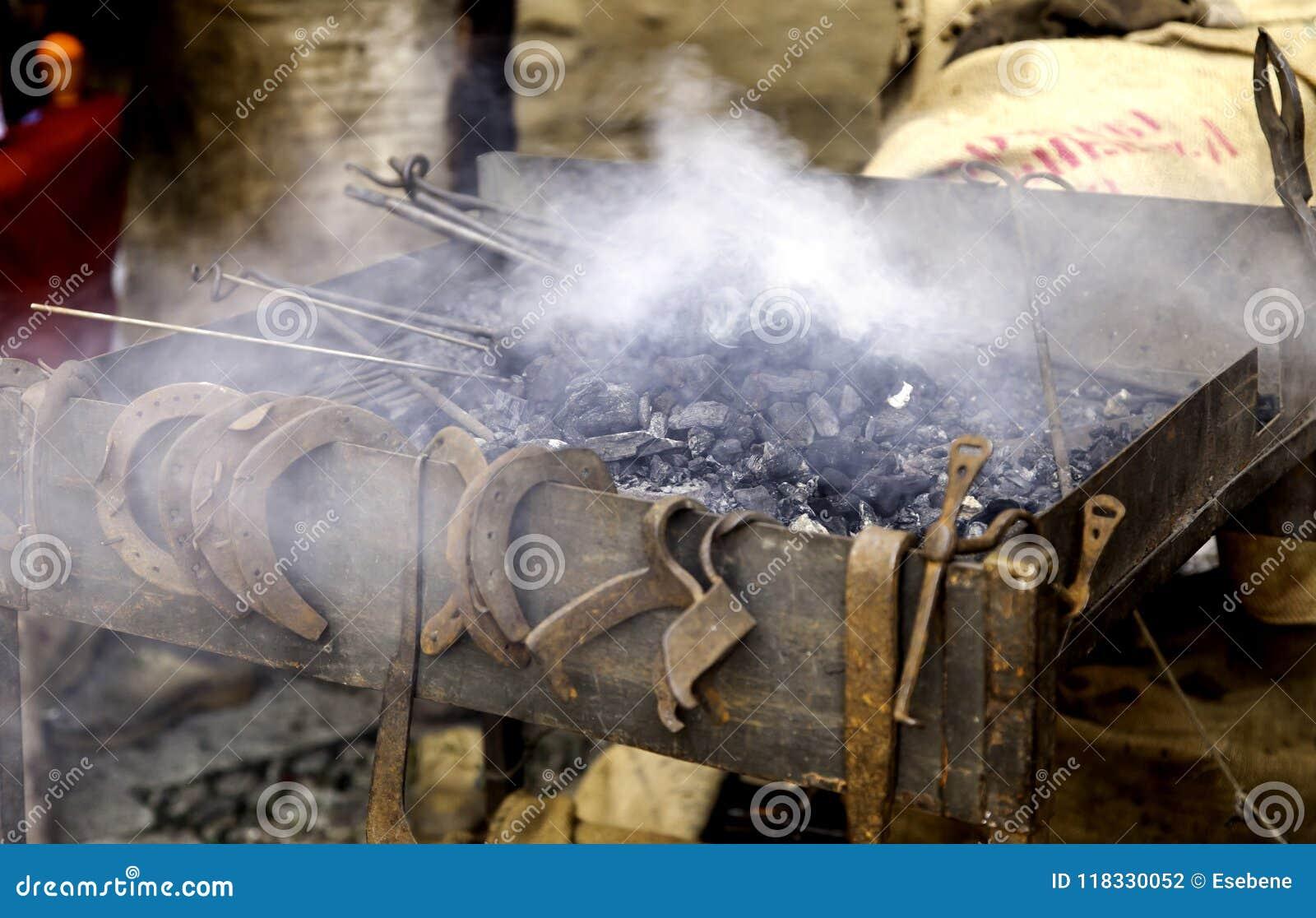 Chamas do fogo em uma forja