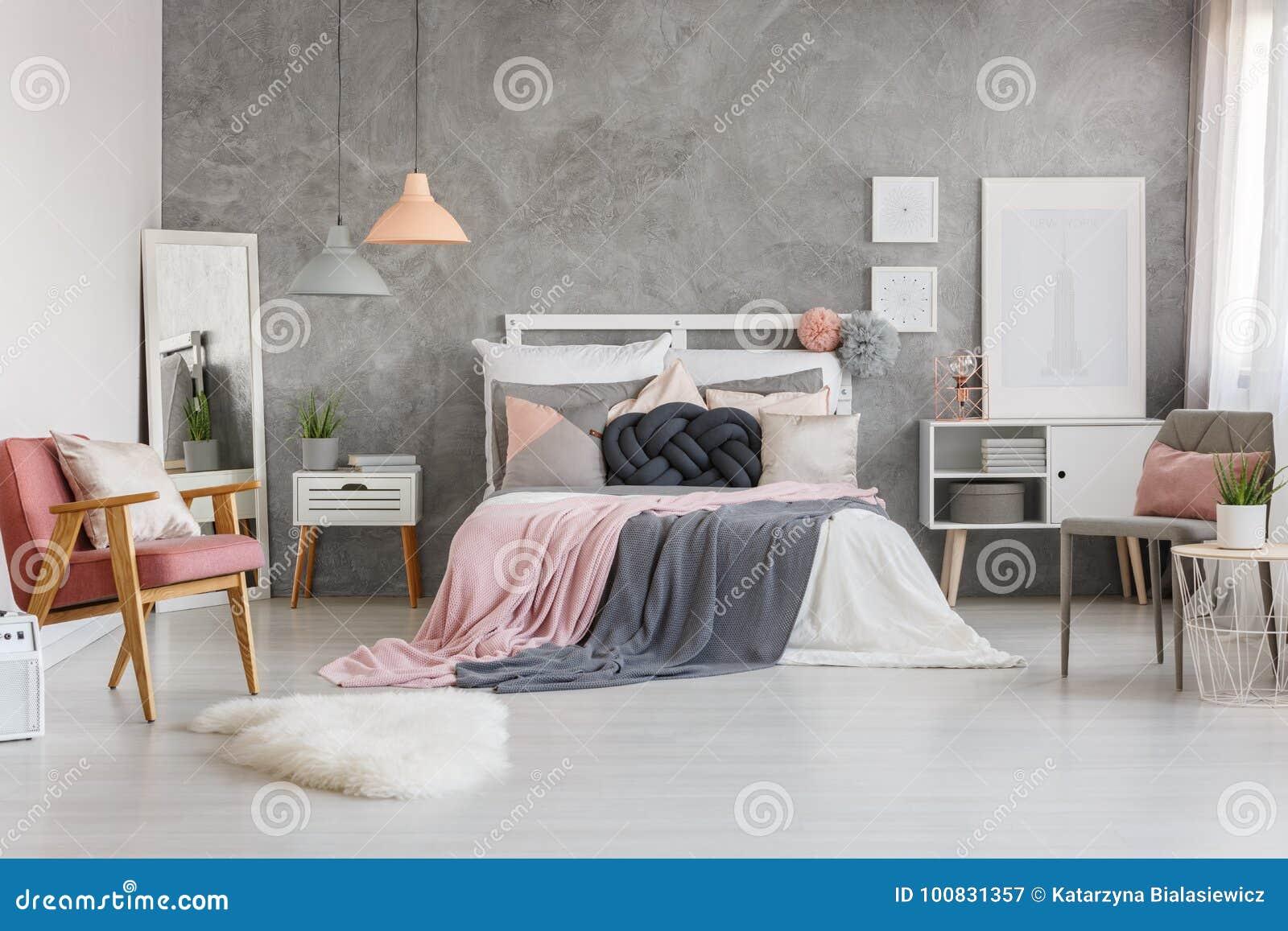 Draps Gris En Pastel Sur Le Lit Grand Contre Le Mur Texturisé Gris Dans La  Chambre à Coucher Adorable Avec Le Rose De Poudre