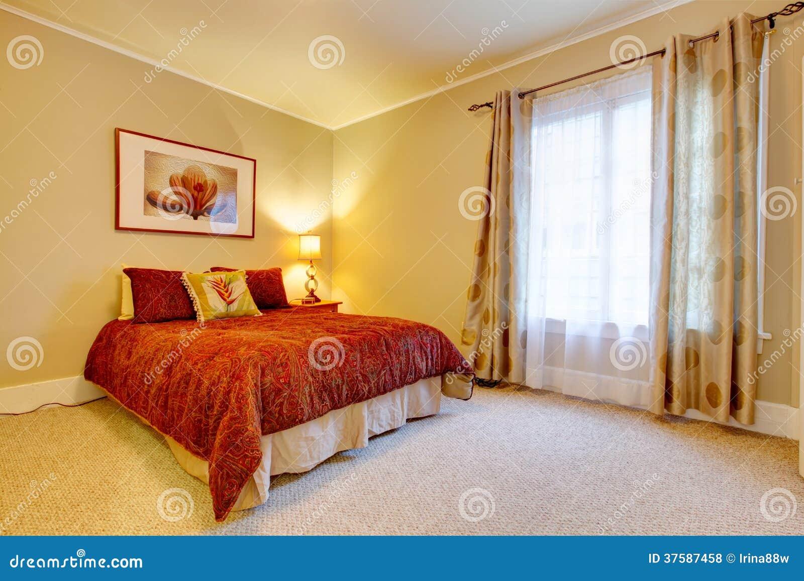 Chambre à Coucher Avec Du Charme Avec La Belle Literie Rouge Photo ...