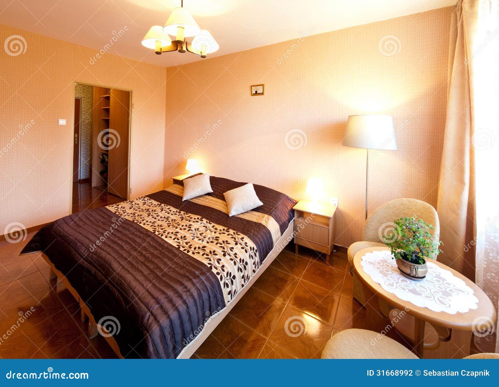 Chambre coucher avec le couvre lit violet photographie stock image 31668992 for Les chombre a coucher