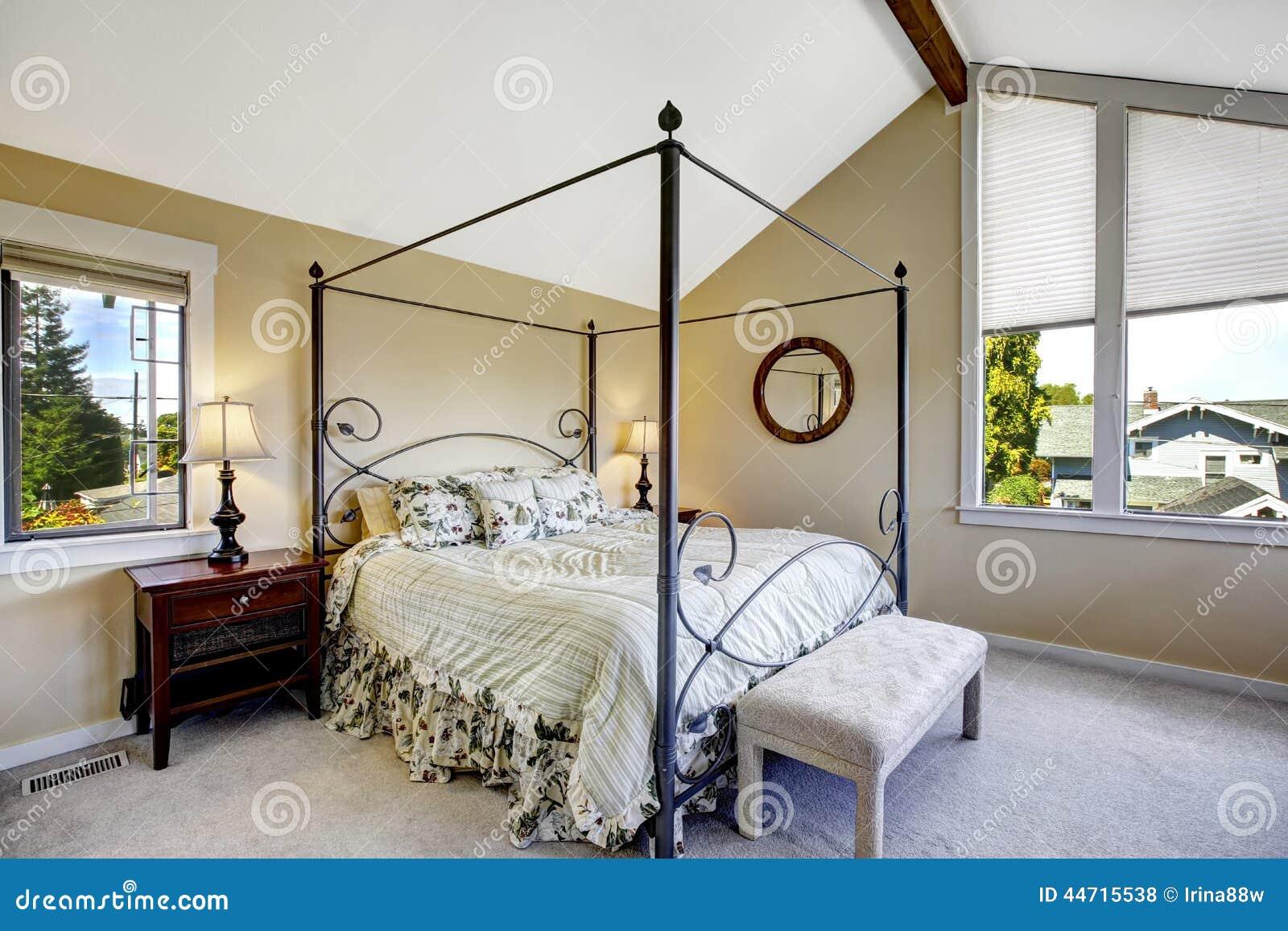 Chambre coucher avec le haut lit de cadre de fer photo for Temperature chambre a coucher