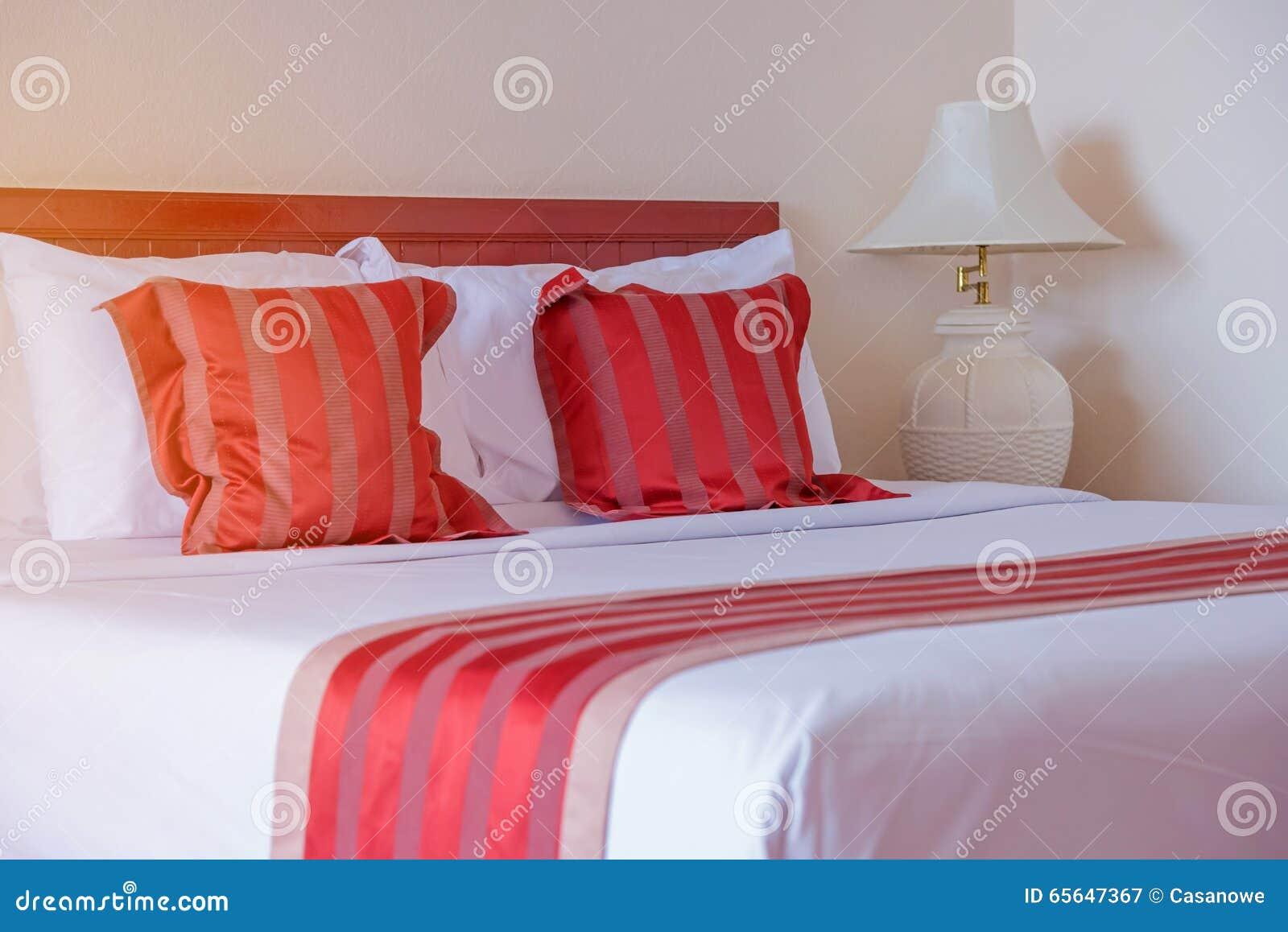 Chambre à coucher avec le lit et oreiller pour la relaxation