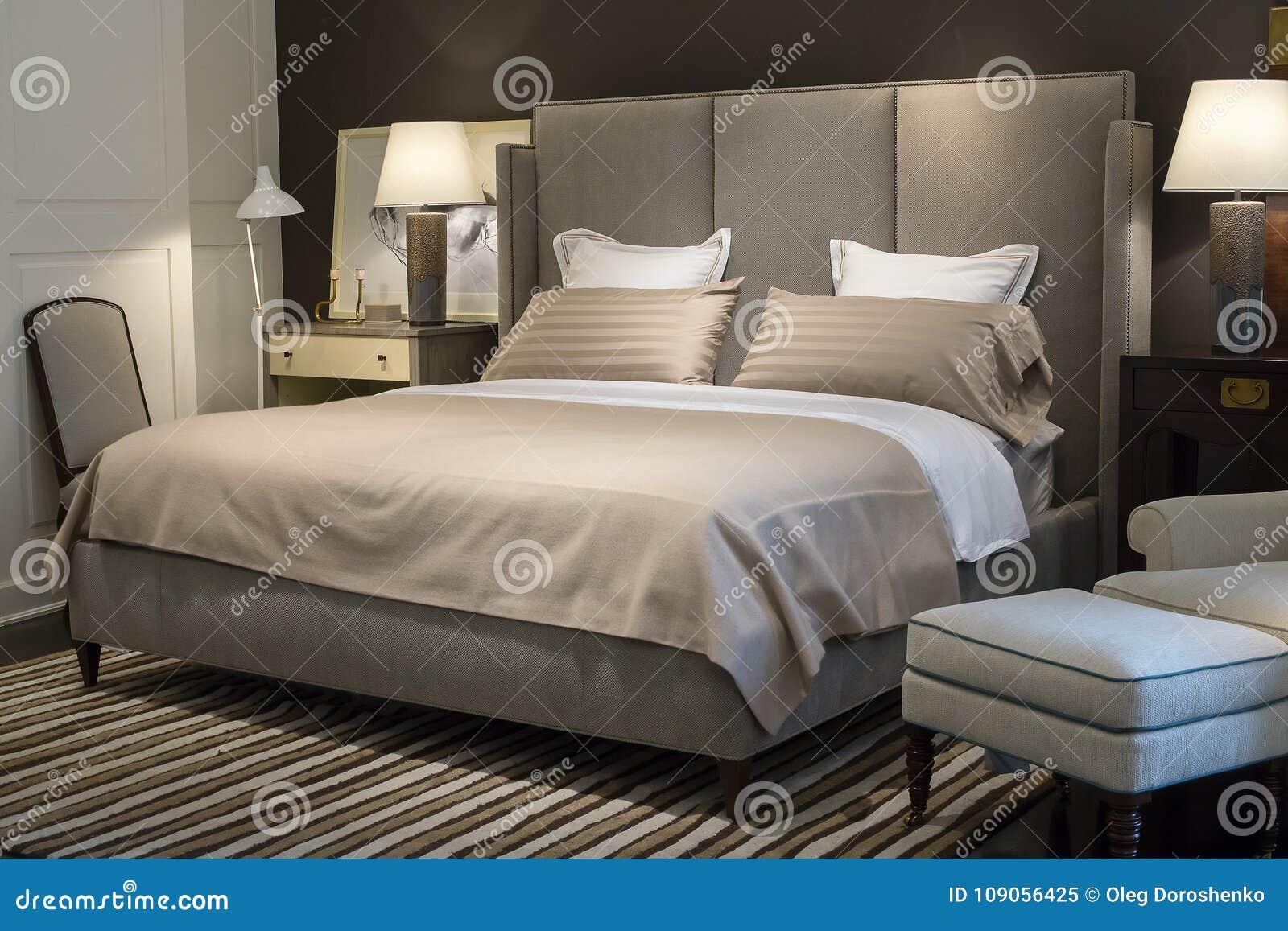 Chambre à Coucher Avec Le Lit Moderne Image éditorial ...