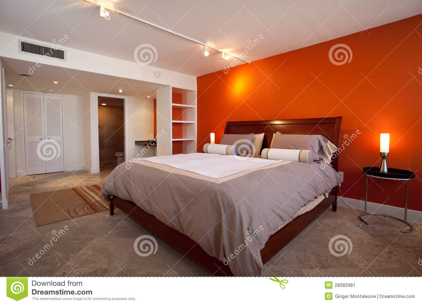 chambre coucher avec le mur orange image stock image. Black Bedroom Furniture Sets. Home Design Ideas