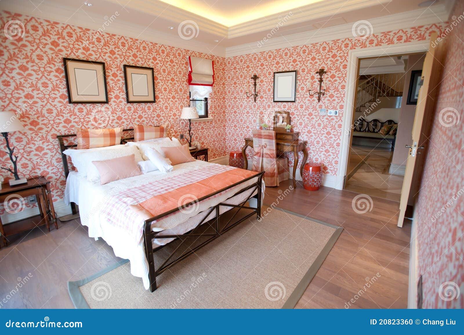 Chambre coucher avec le papier peint rouge de fleur for Papier peint de chambre a coucher