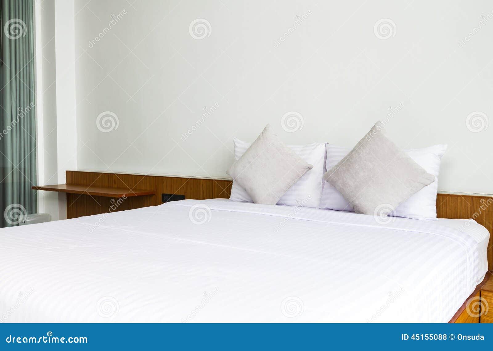 Chambre coucher avec le rideau brun photo stock image for Rideau chambre a coucher