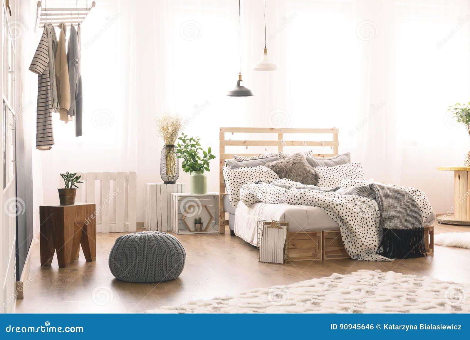 Chambre à Coucher Avec Les Meubles Modernes Photo stock ...