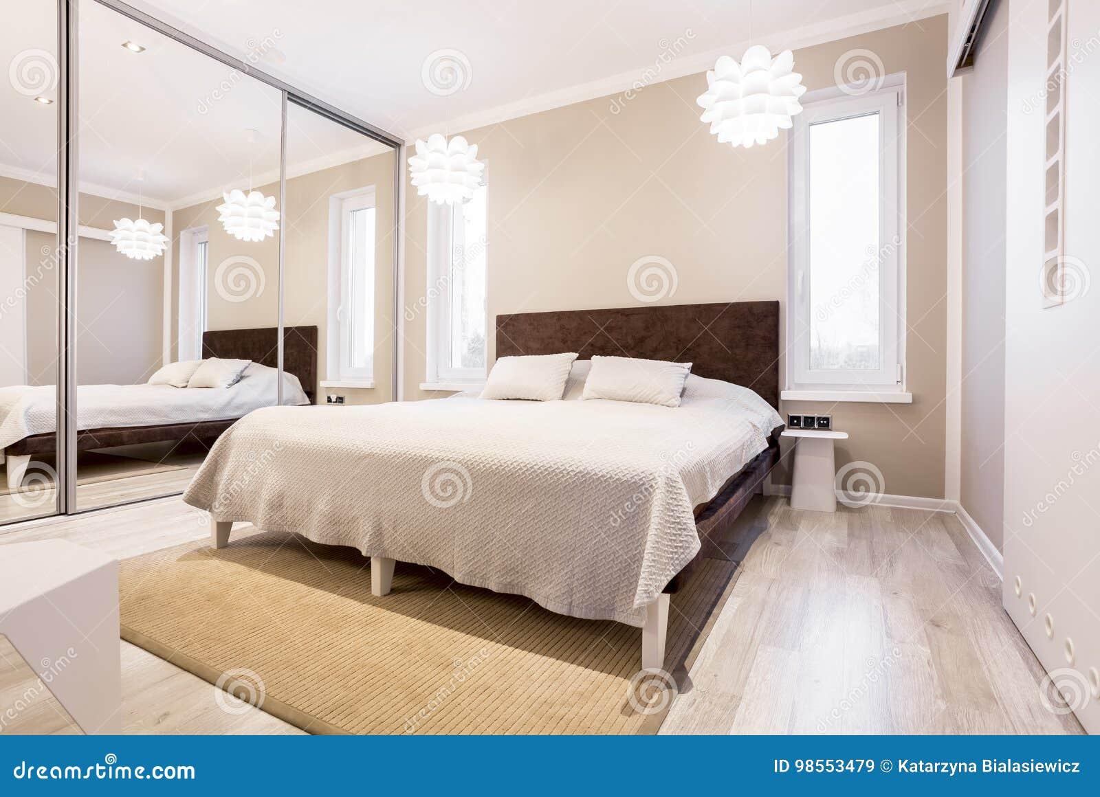 Chambre à Coucher Beige Avec La Garde-robe De Miroir Image ...