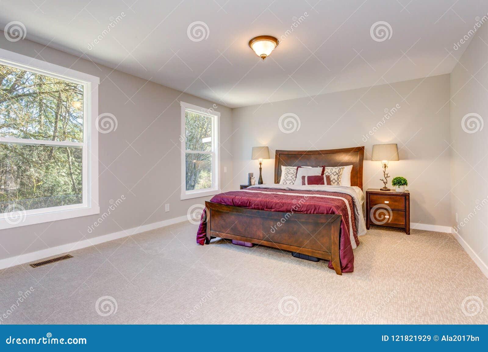 Chambre à Coucher Beige Molle Avec Le Lit En Bois Image ...
