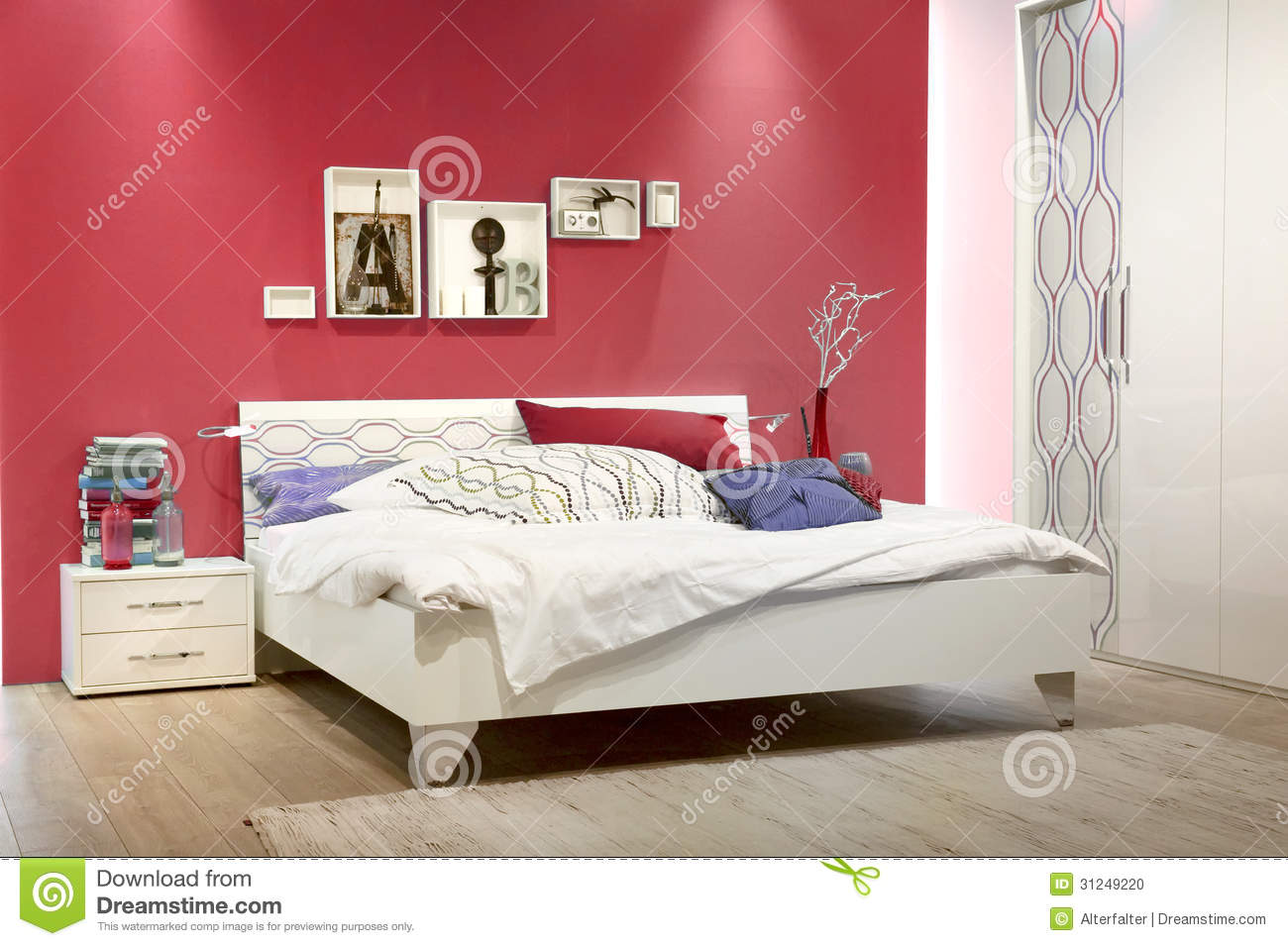 chambre coucher blanche avec le mur rouge photo stock image 31249220. Black Bedroom Furniture Sets. Home Design Ideas