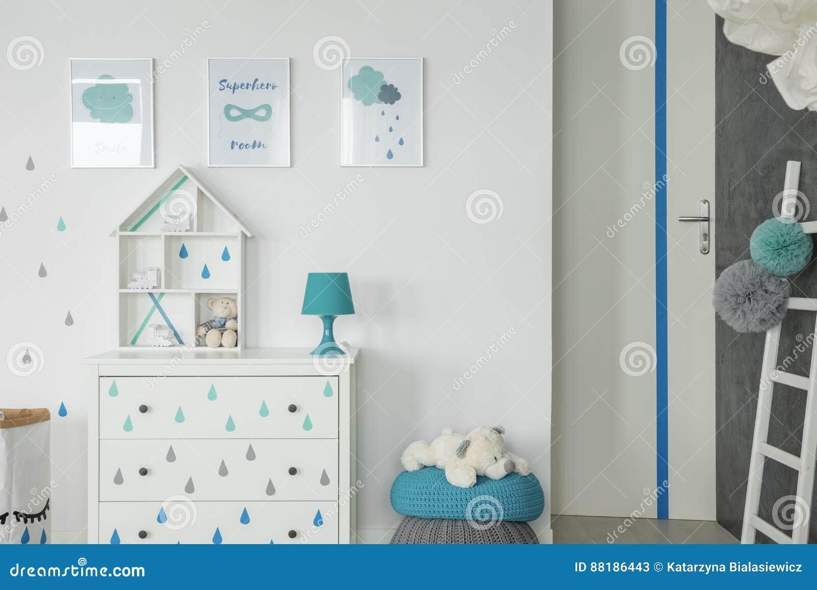 Chambre à coucher blanche de bébé avec la raboteuse
