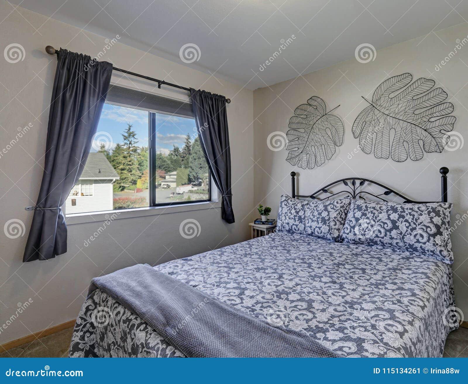 Chambre à Coucher Blanche Et Grise Avec Le Lit De Fer Image stock ...