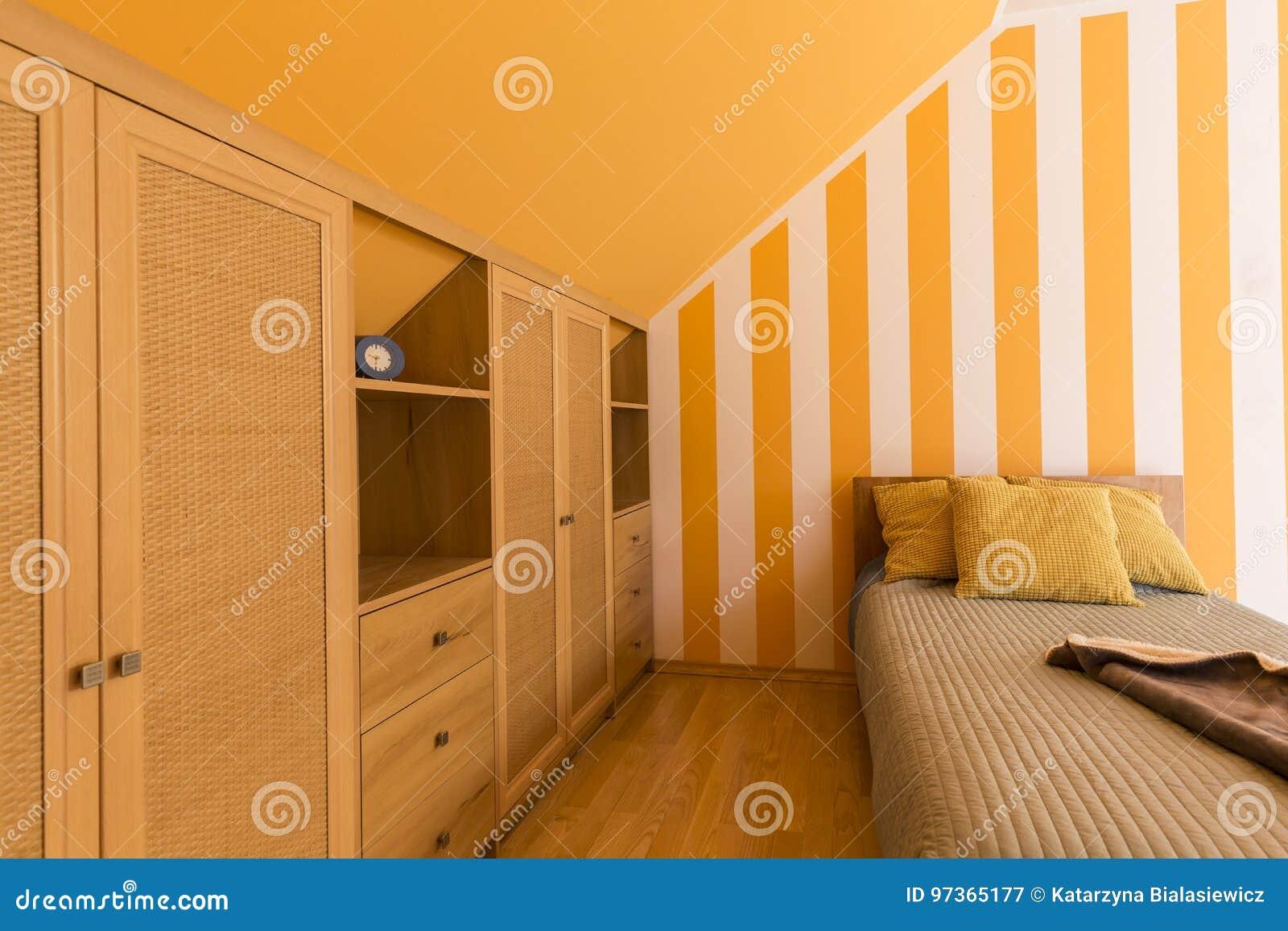 Chambre à Coucher Blanche Et Orange Avec Le Petit Lit