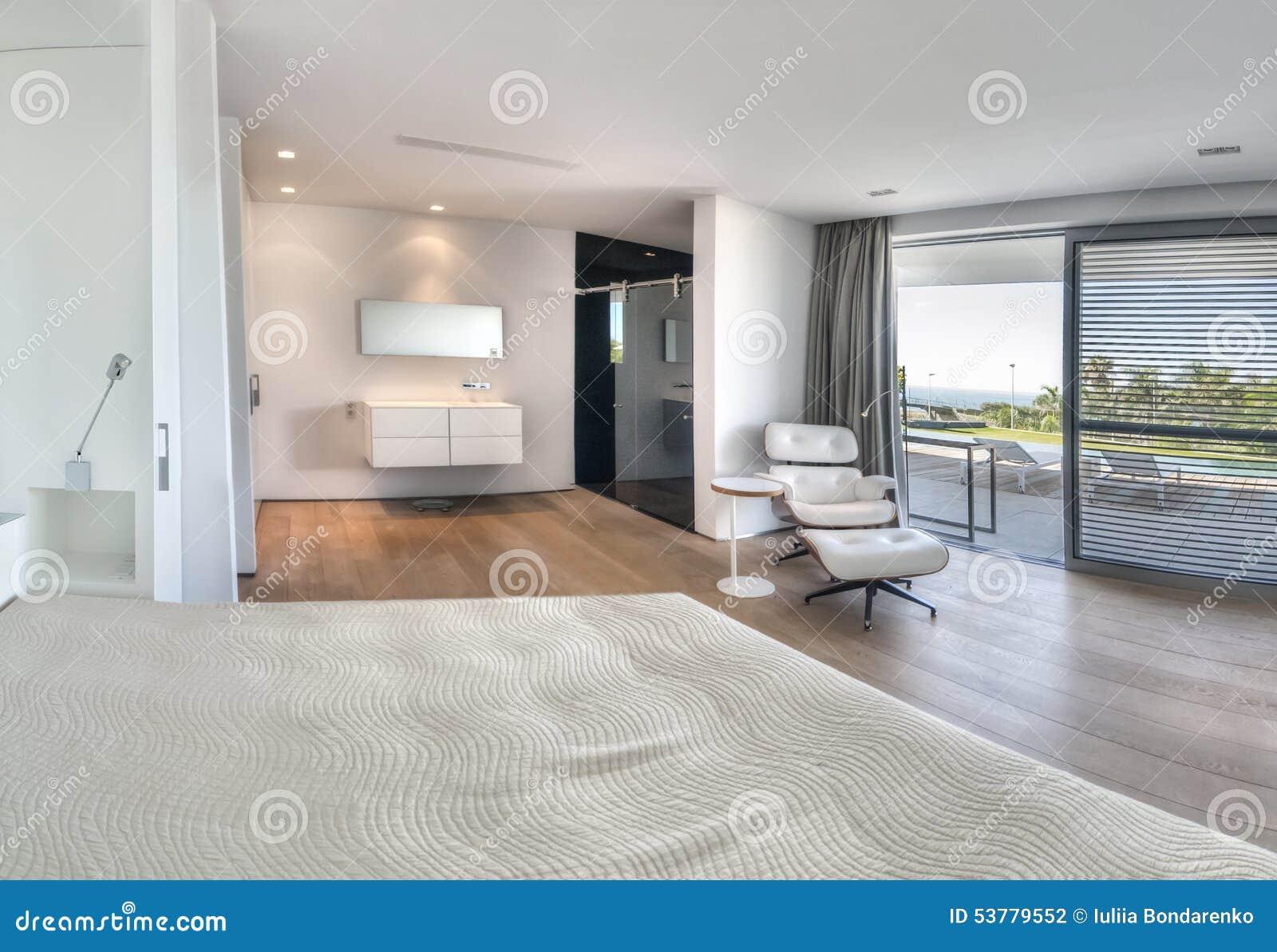 chambre coucher blanche moderne avec la salle de bains