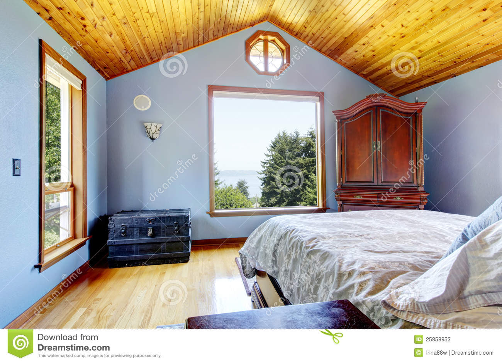 Chambre coucher bleue avec l 39 int rieur en bois de for Interieur de chambre a coucher