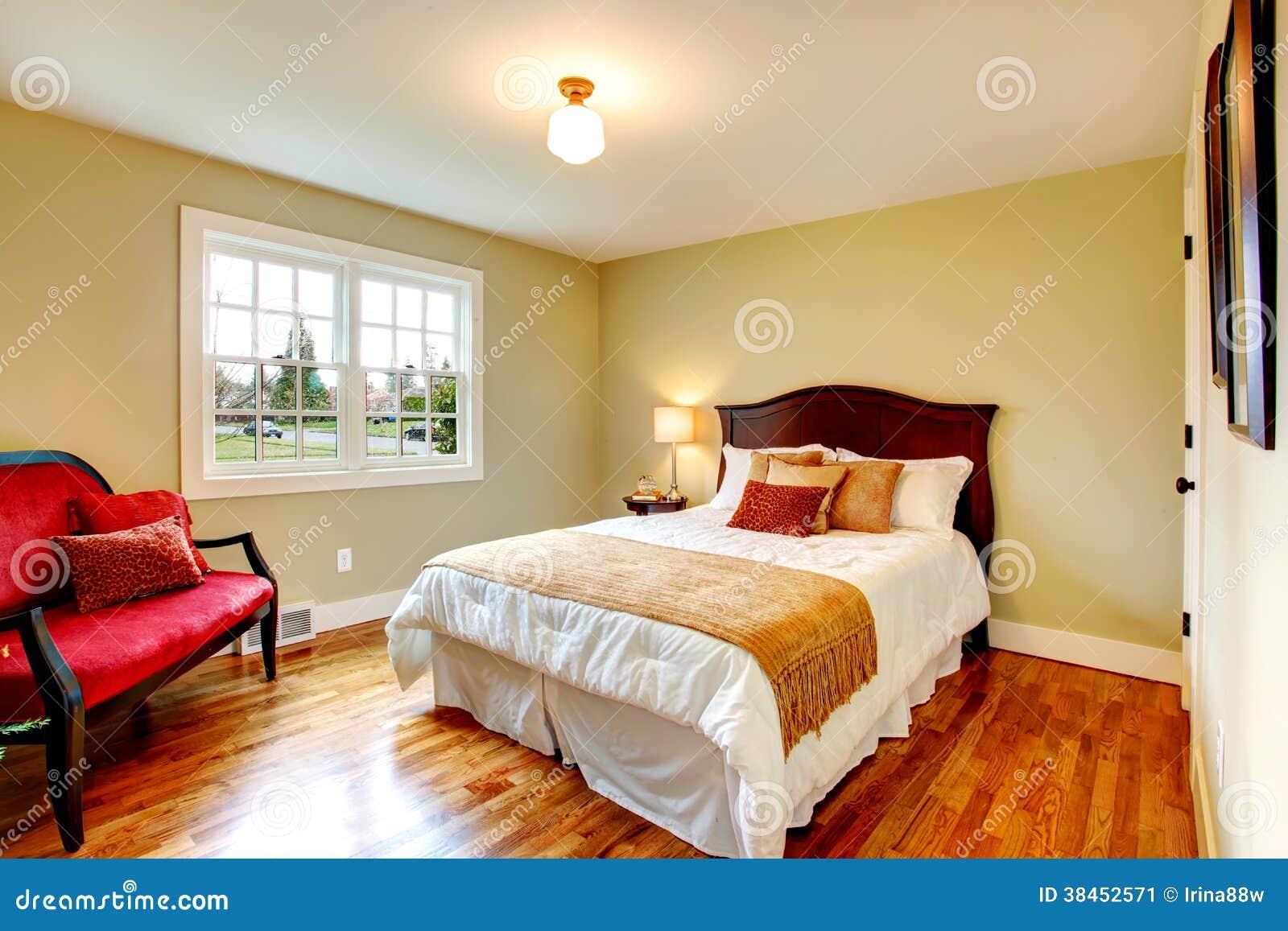 Chambre à Coucher Chaude Confortable De Couleurs Avec La Porte ...