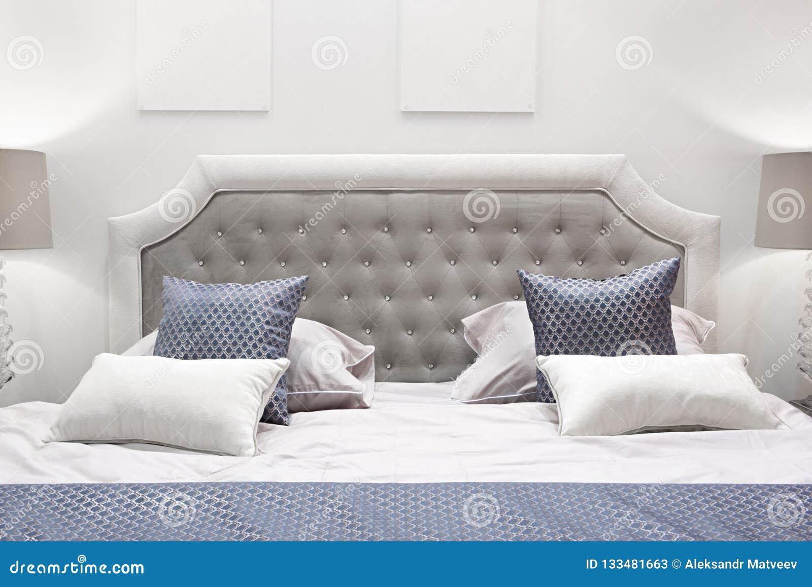 Chambre à Coucher Classique De Conception Intérieure Grise Et Bleue ...