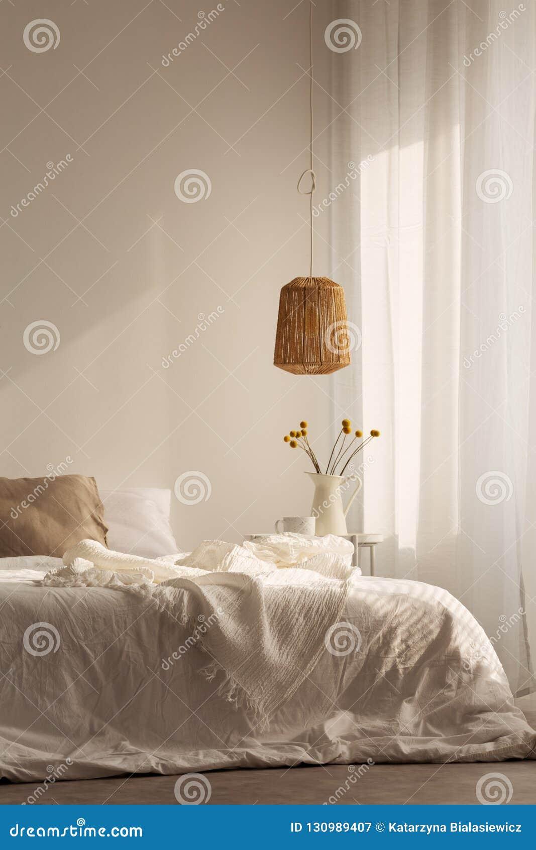 Chambre à coucher conçue avec les matériaux naturels, vraie photo