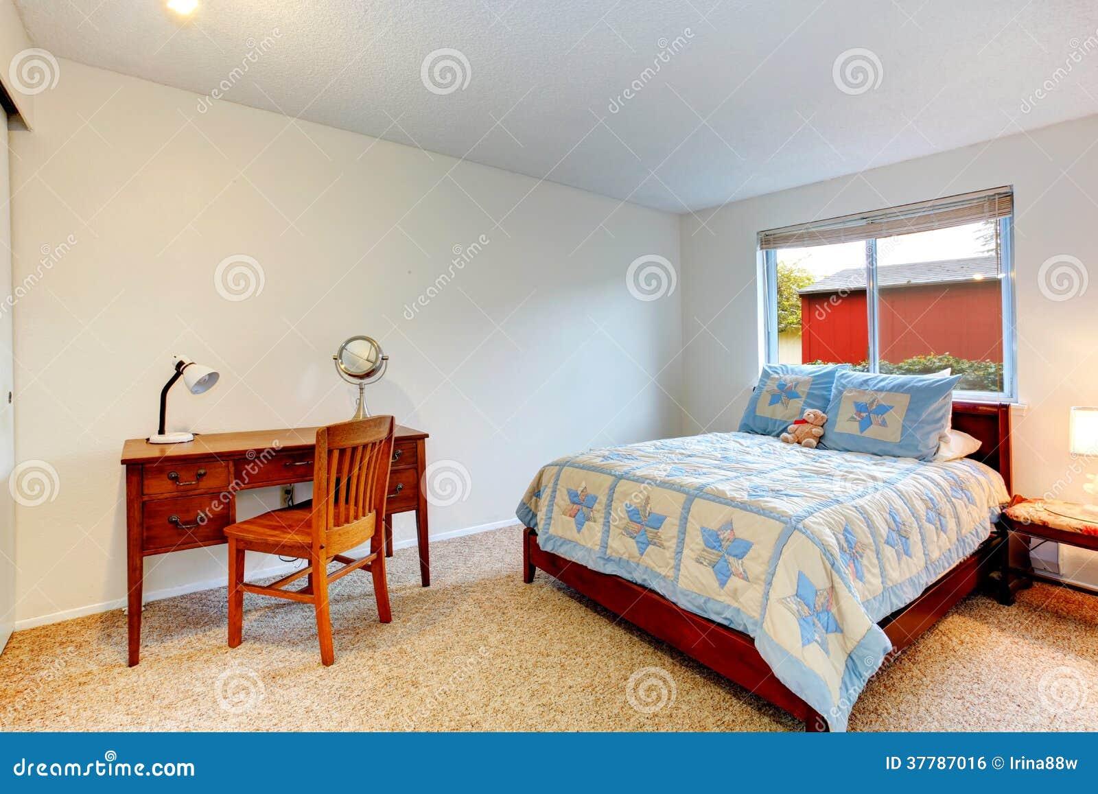 Chambre à coucher confortable avec le bureau photo stock image