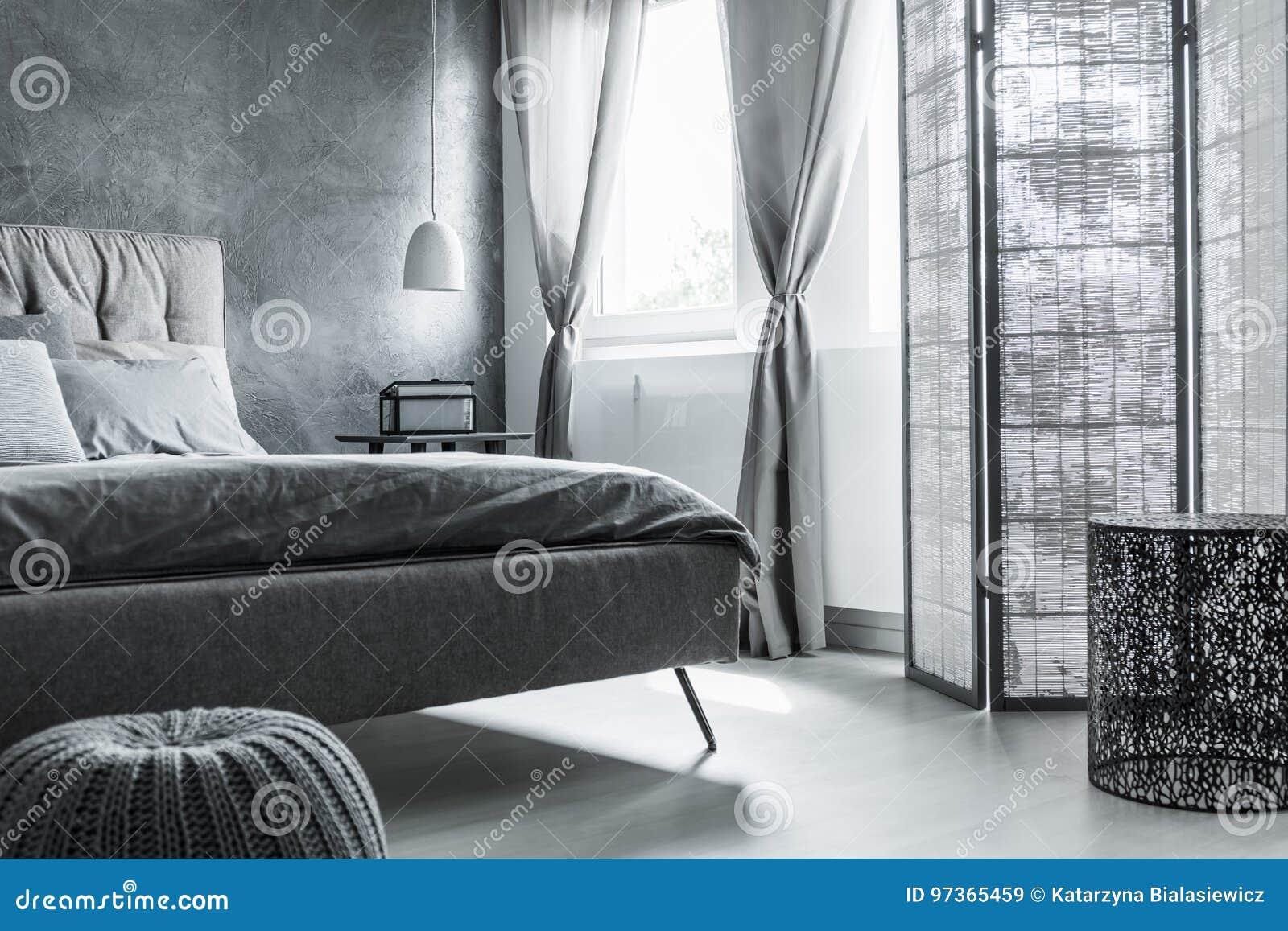 Chambre à Coucher Confortable Avec Le Mur Gris Image stock - Image ...
