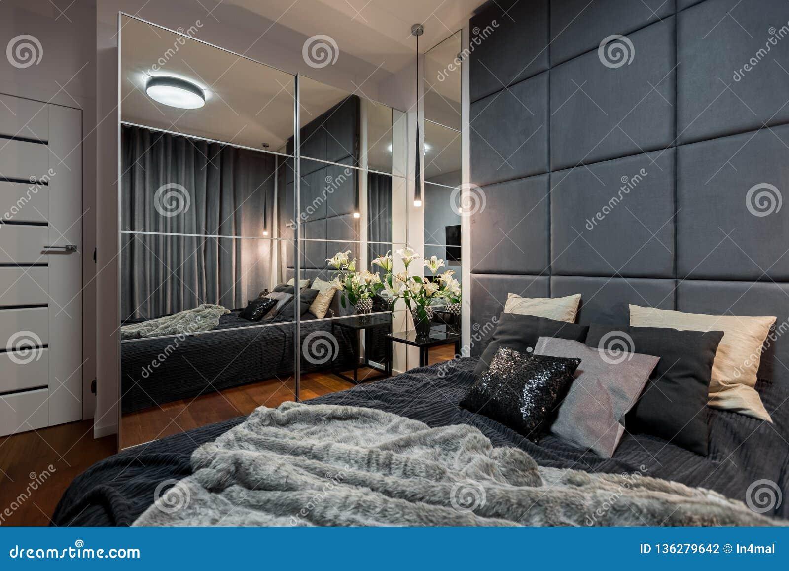 Chambre à Coucher Contemporaine Avec Le Double Lit Photo ...