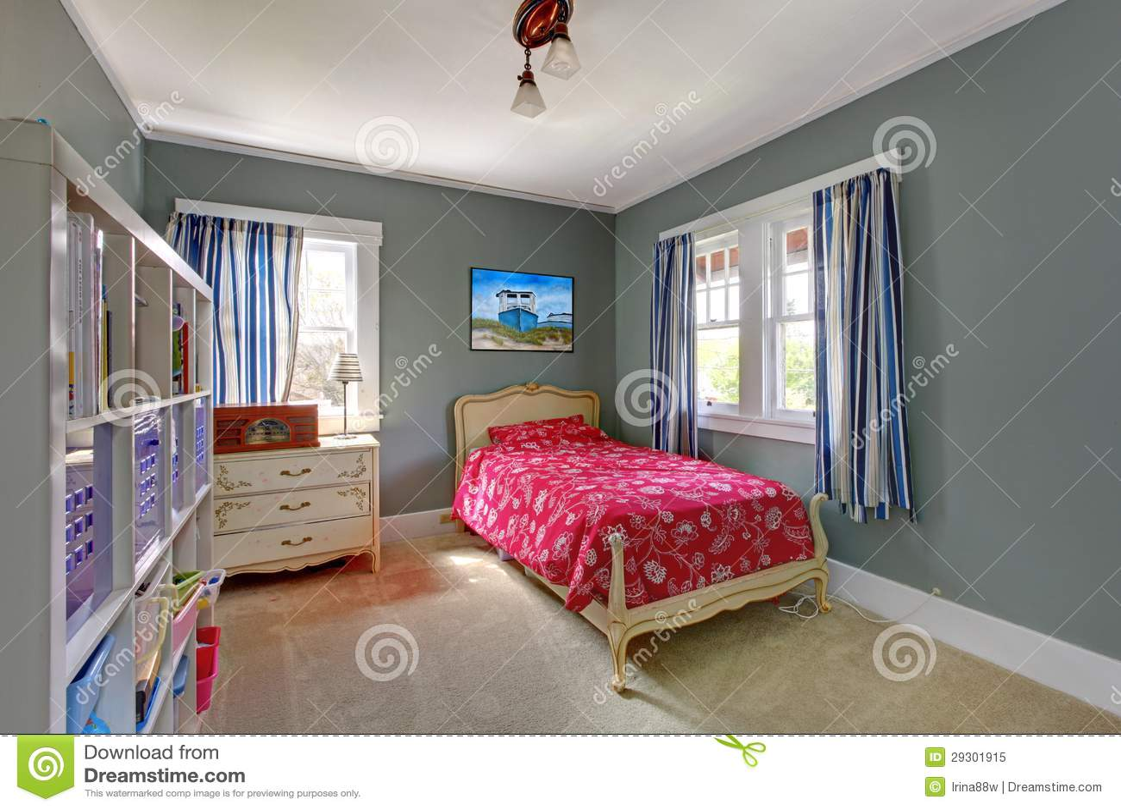 Chambre à Coucher D Enfants Avec Le Bâti Rouge Et Les Murs Gris.