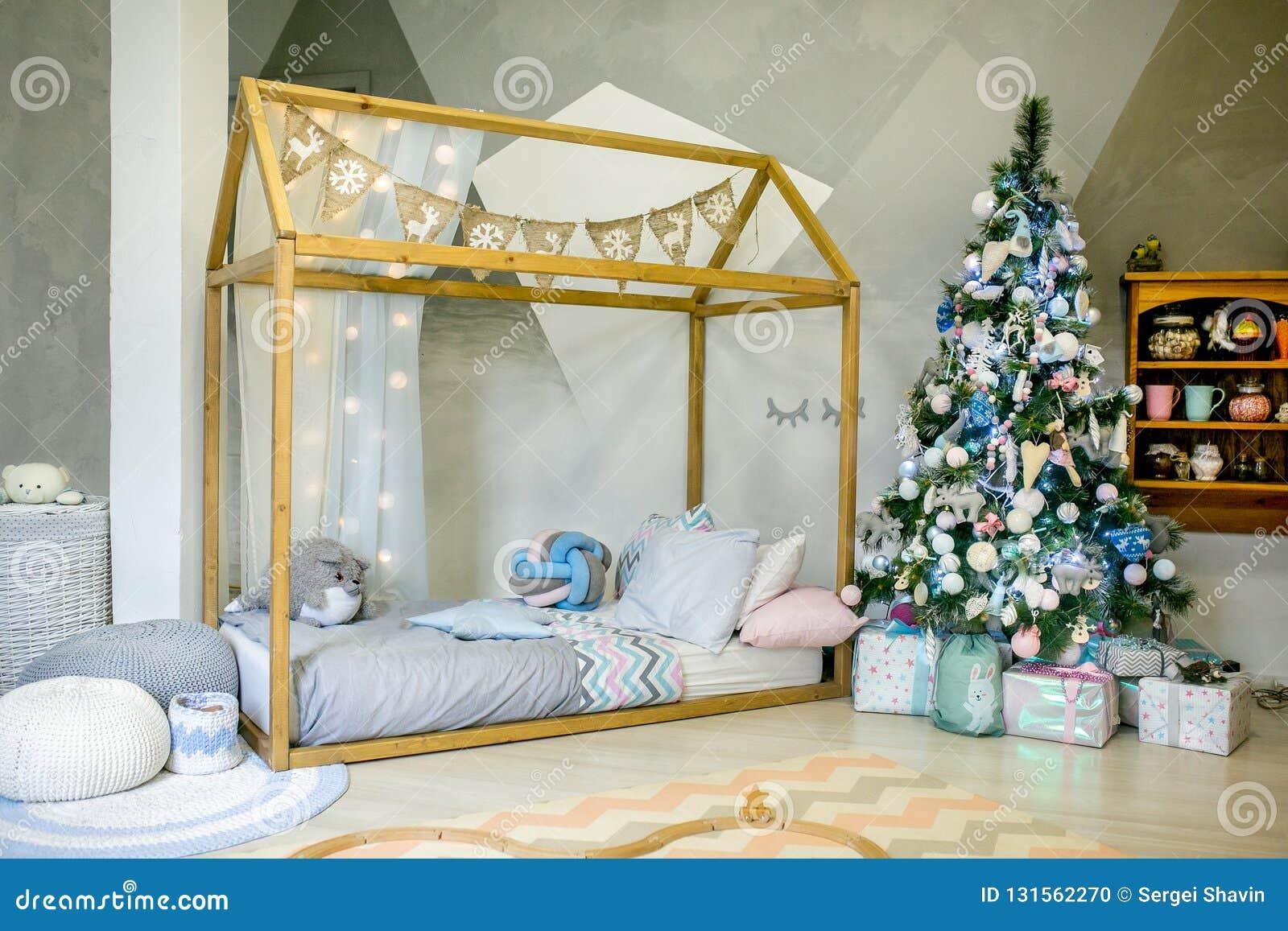 Chambre à Coucher D\'enfants Décorée Pour Noël Grand Lit De Cadre En ...