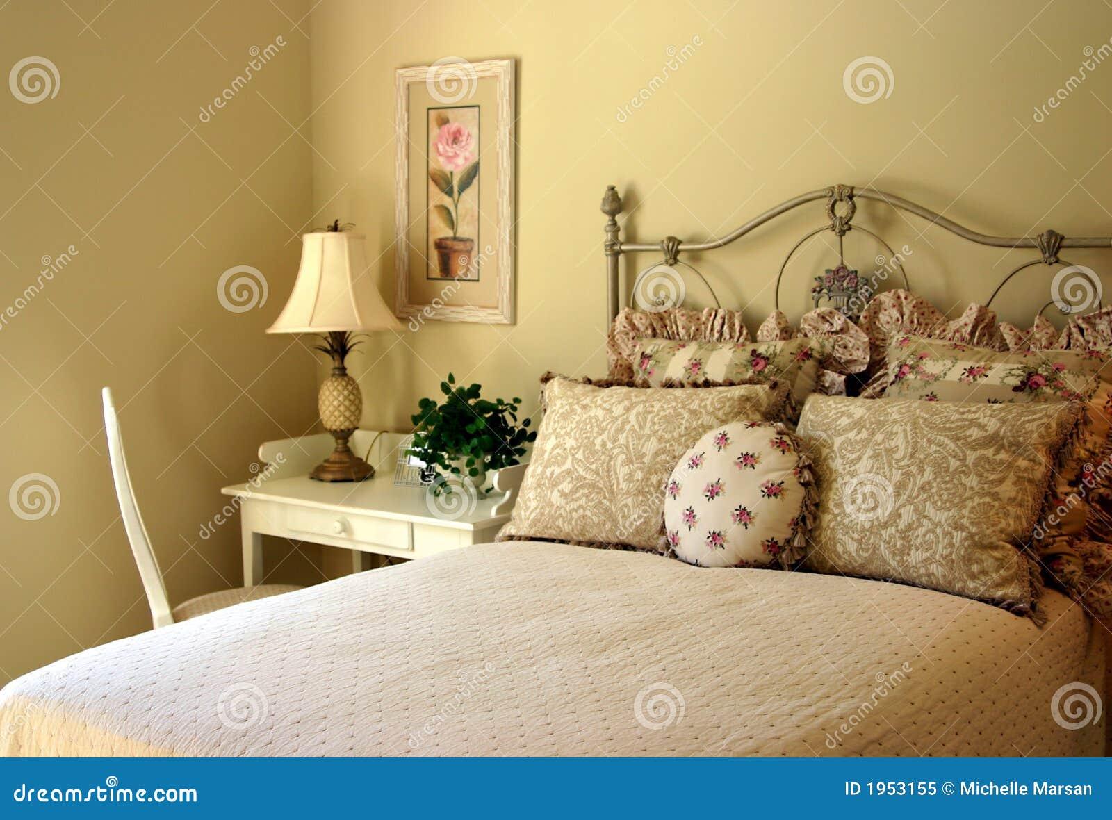 chambre à coucher d'invité romantique image stock - image du bedroom