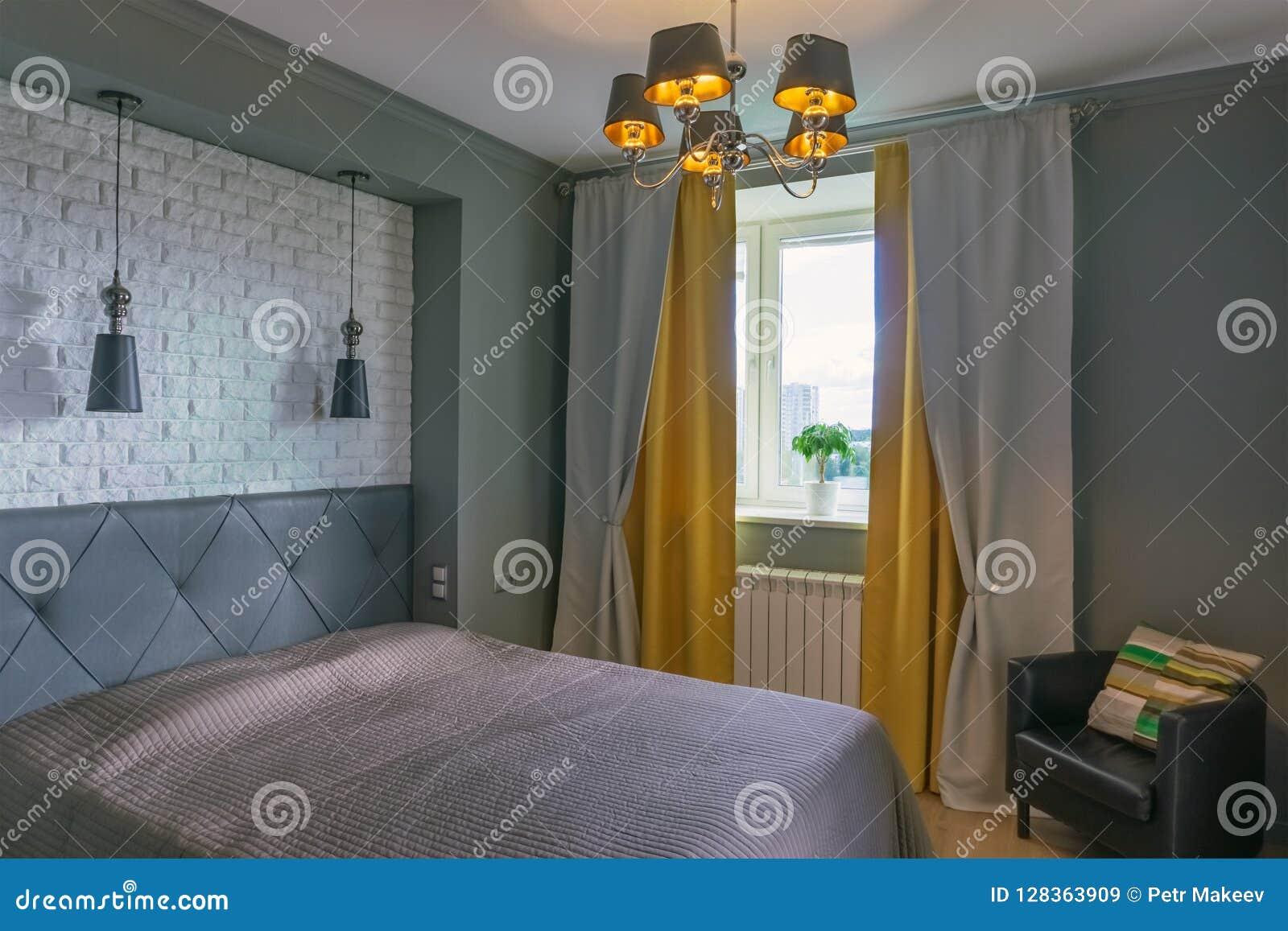 Chambre à Coucher Dans Des Tons Gris Et Jaunes Image stock - Image ...