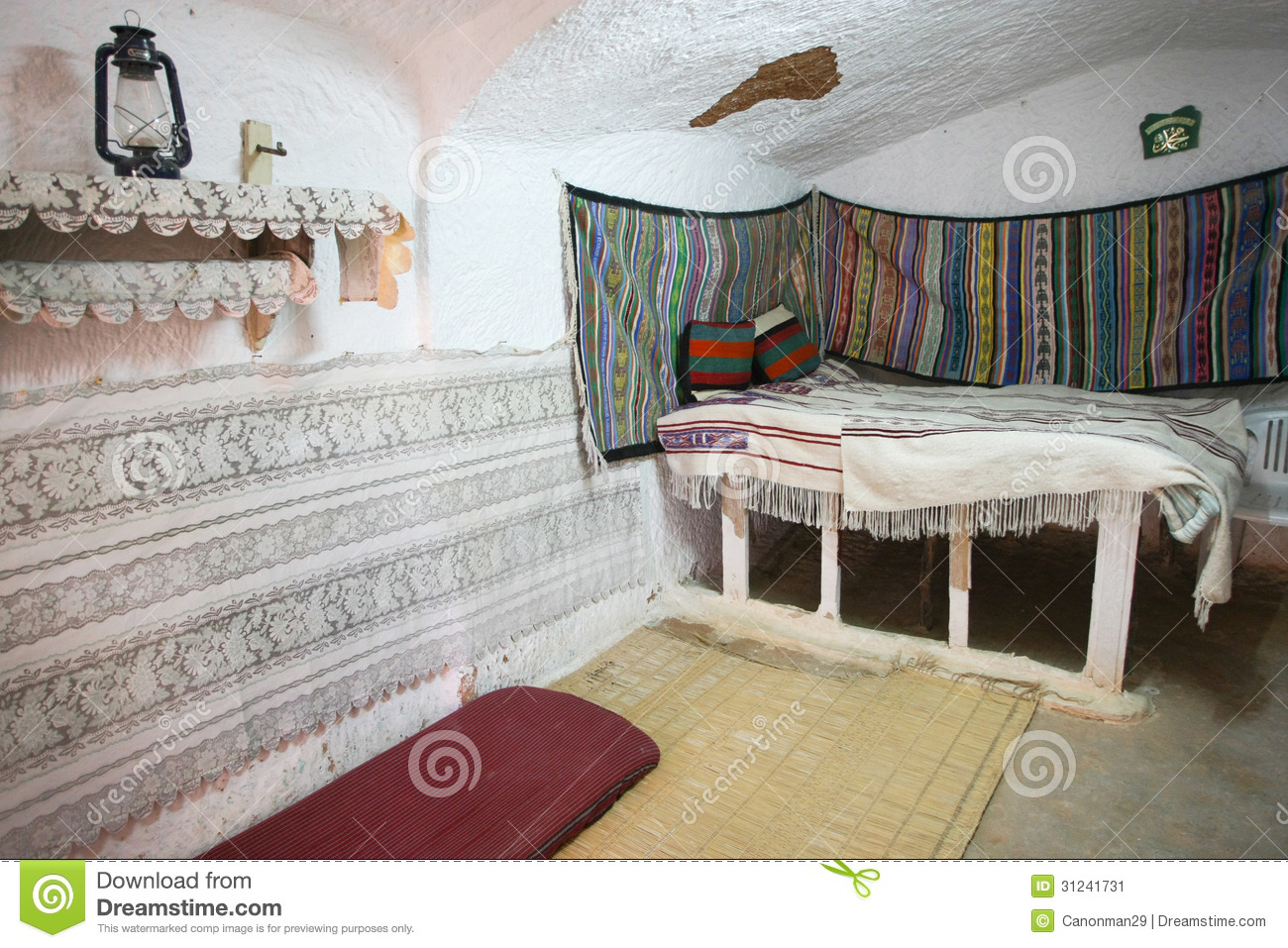 chambre coucher dans la maison originale de troglodyte image stock image 31241731. Black Bedroom Furniture Sets. Home Design Ideas