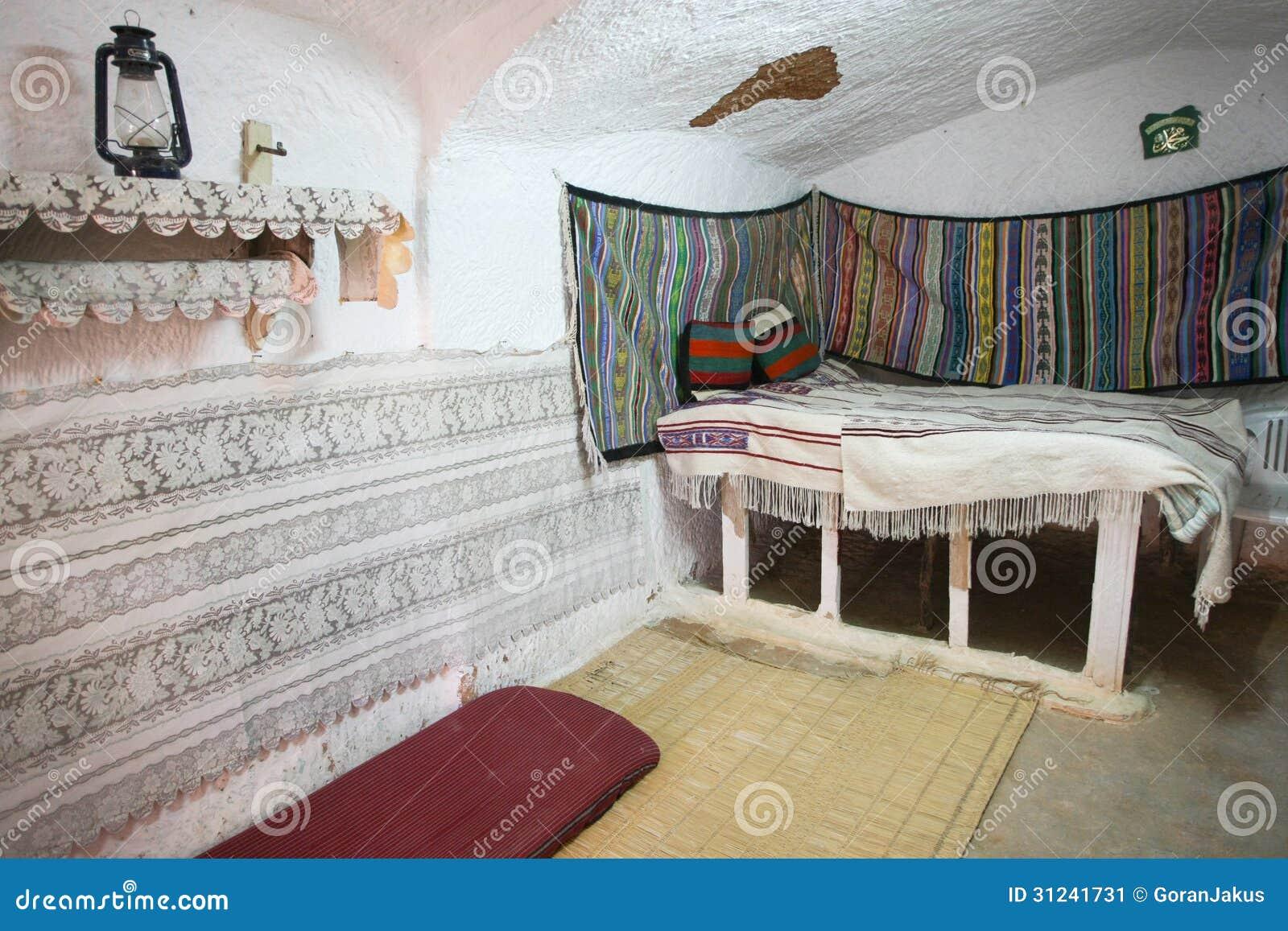 Cuisine Rouge Avec Mur Gris : Chambre à Coucher Dans La Maison Originale De Troglodyte Image stock