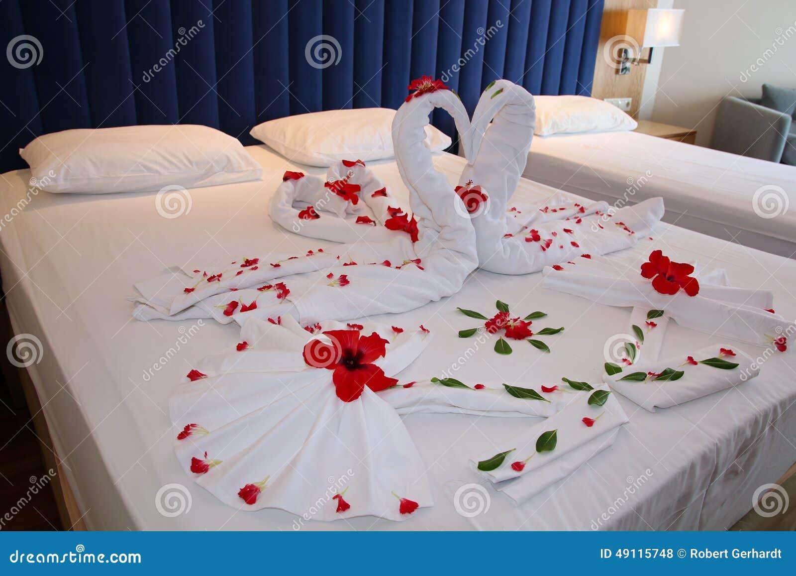 chambre coucher dans la suite d 39 h tel avec les d corations en forme de coeur photo stock. Black Bedroom Furniture Sets. Home Design Ideas