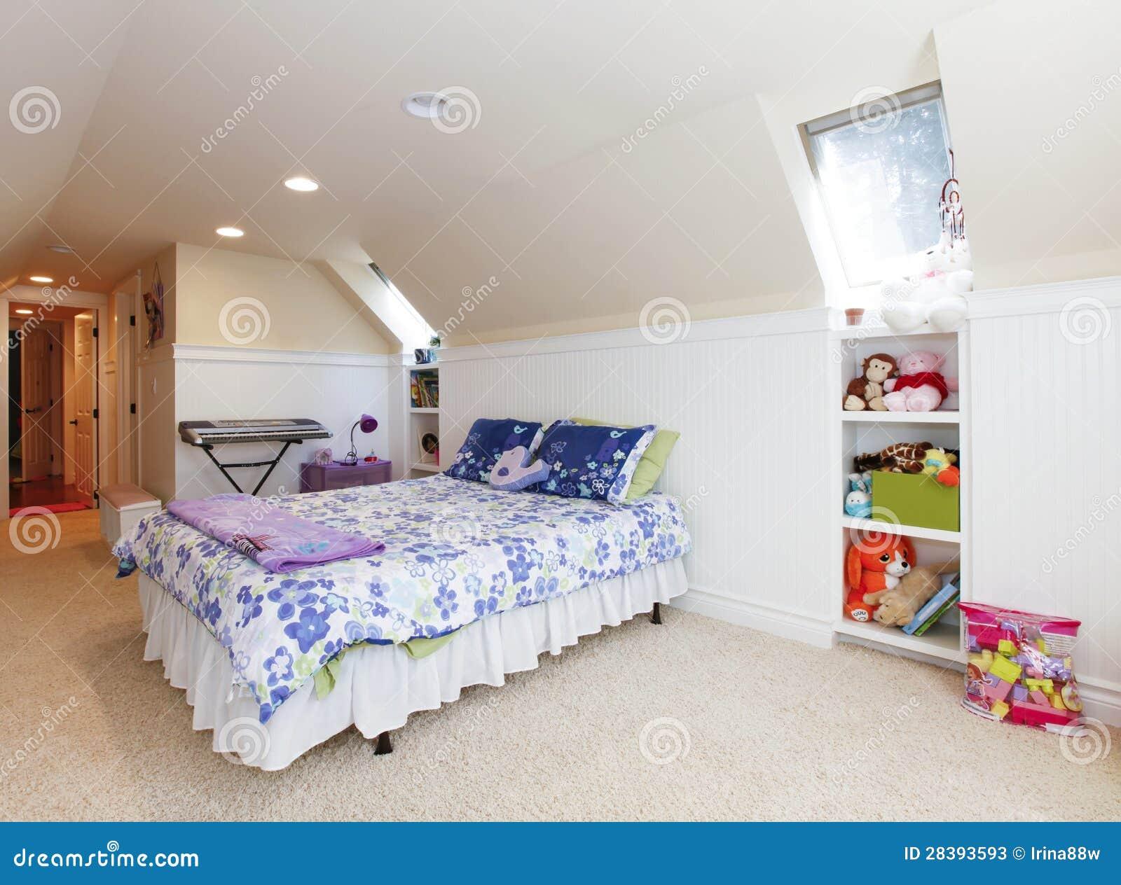 chambre coucher de fille avec le plafond de grenier et tapis beige avec des jouets photos. Black Bedroom Furniture Sets. Home Design Ideas