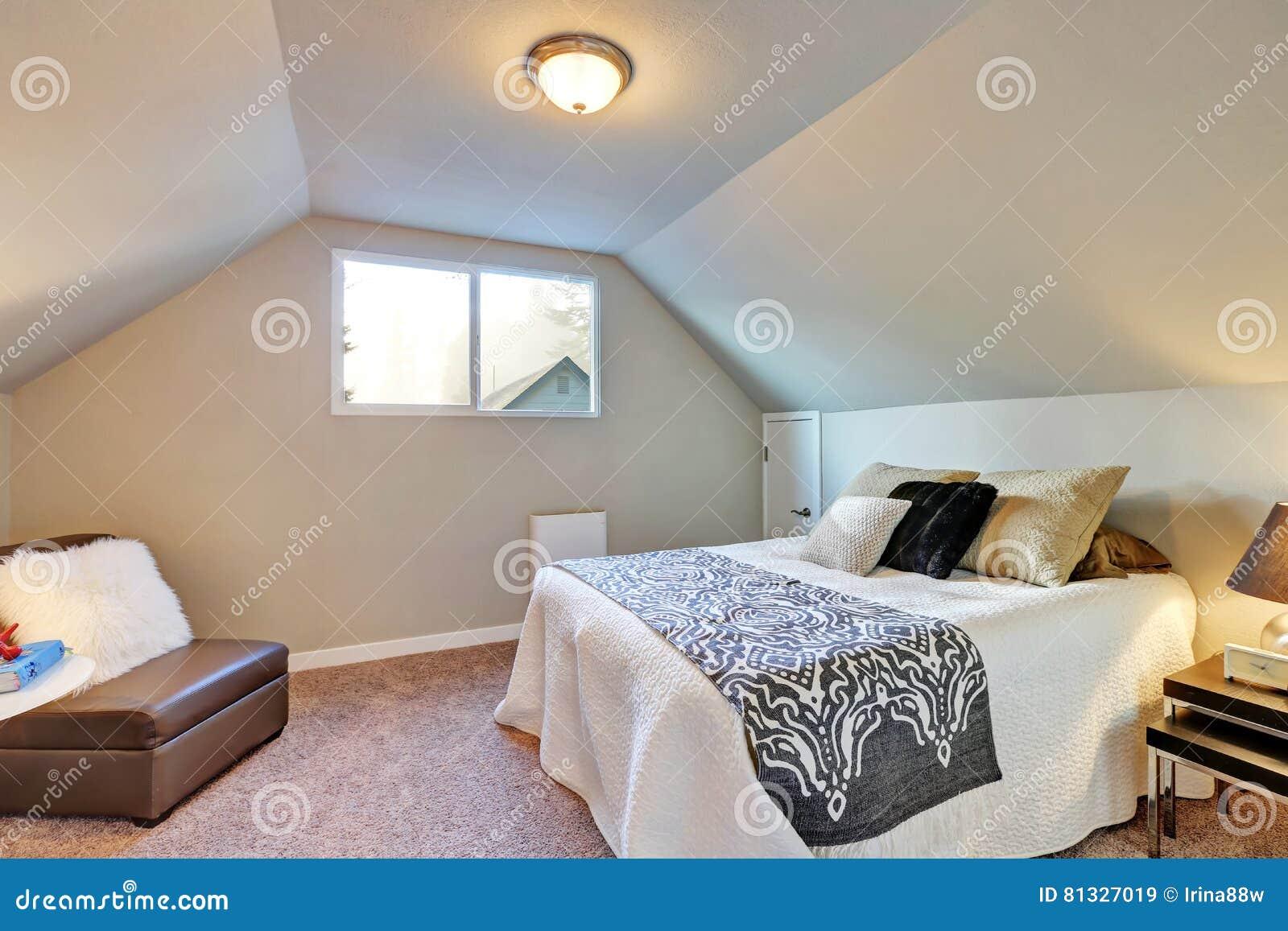 moquette de chambre intrieur simple de chambre coucher avec le double lit et la moquette photos. Black Bedroom Furniture Sets. Home Design Ideas