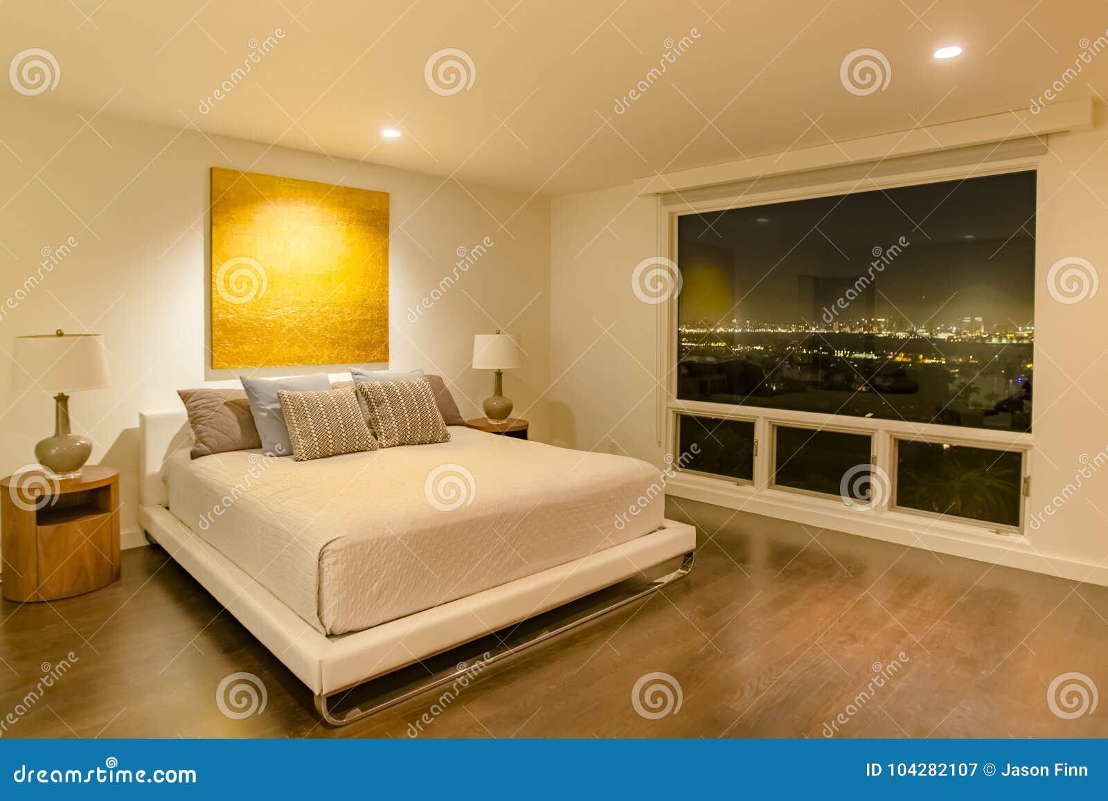 Chambre à coucher de luxe de la Californie avec stupéfier la vue du centre o de San Diego