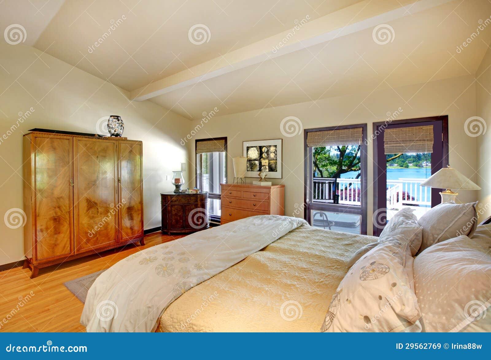 Chambre Coucher De Luxe Moderne Avec La Vue De Lit De Raboteuse Et De Lac Image Stock