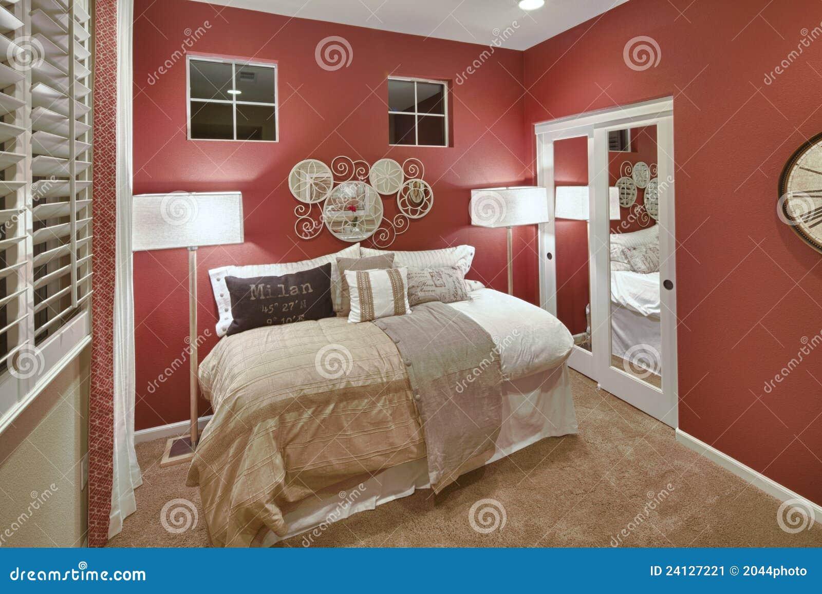 Chambre à Coucher De Maison Modèle - Rouge Et Blanc Image ...