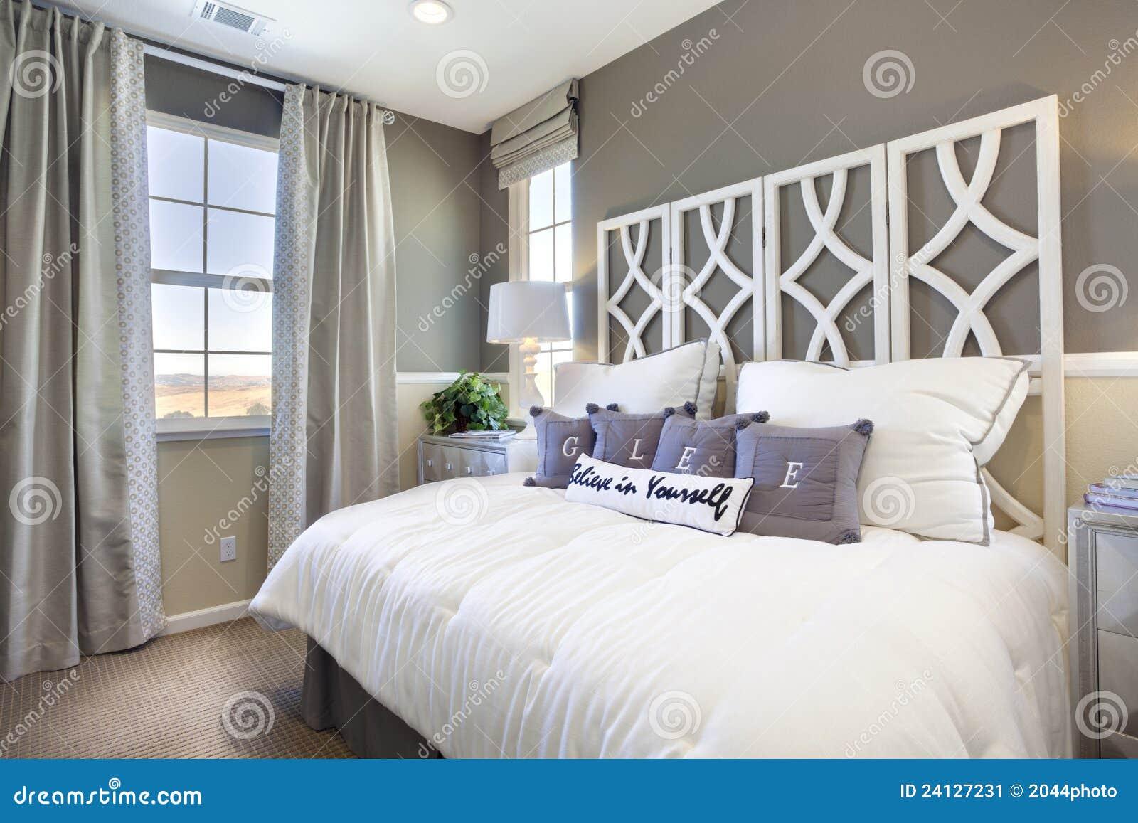 Chambre à Coucher De Maison Modèle - Taupe Et Blanc Image stock ...