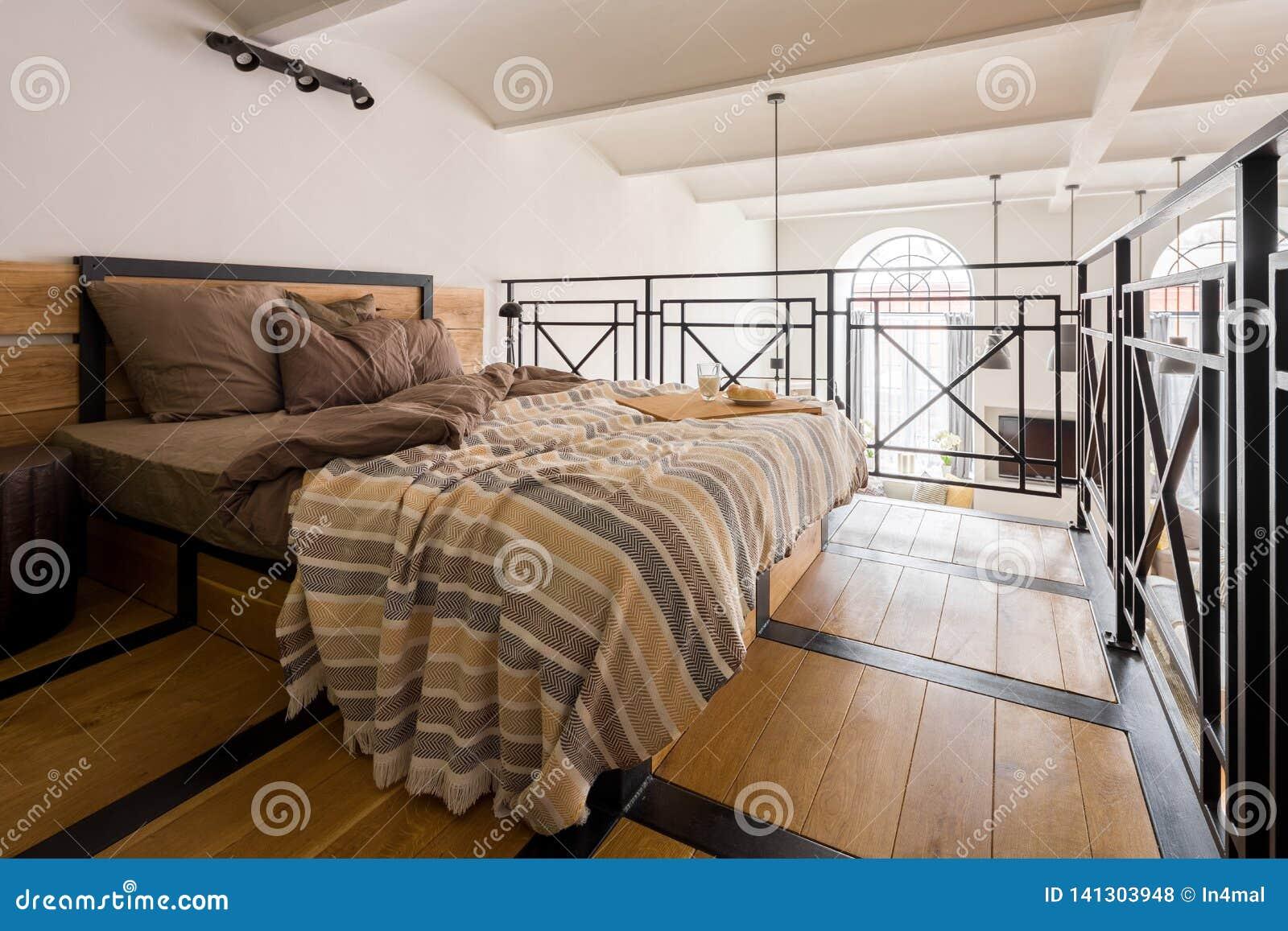 Chambre à Coucher De Mezzanine Avec Le Double Lit Photo ...