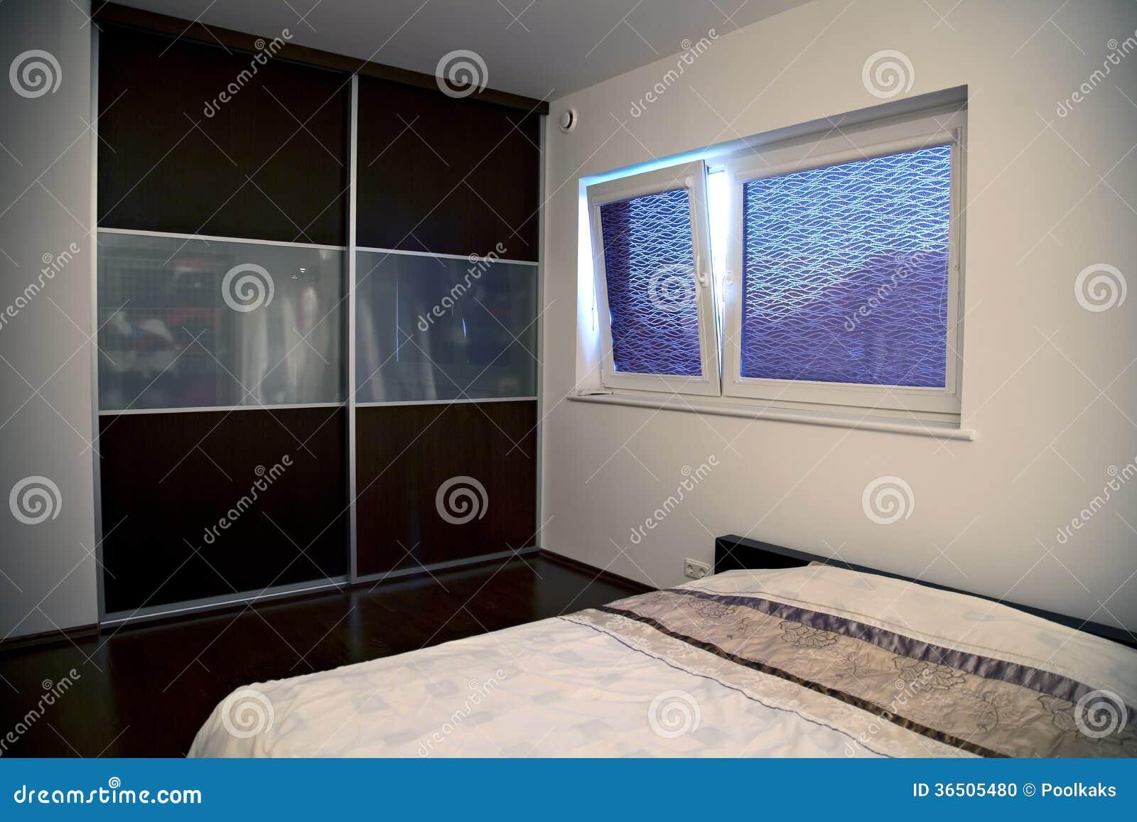 Chambre à coucher de Minimalistic avec le grand coffret intégré