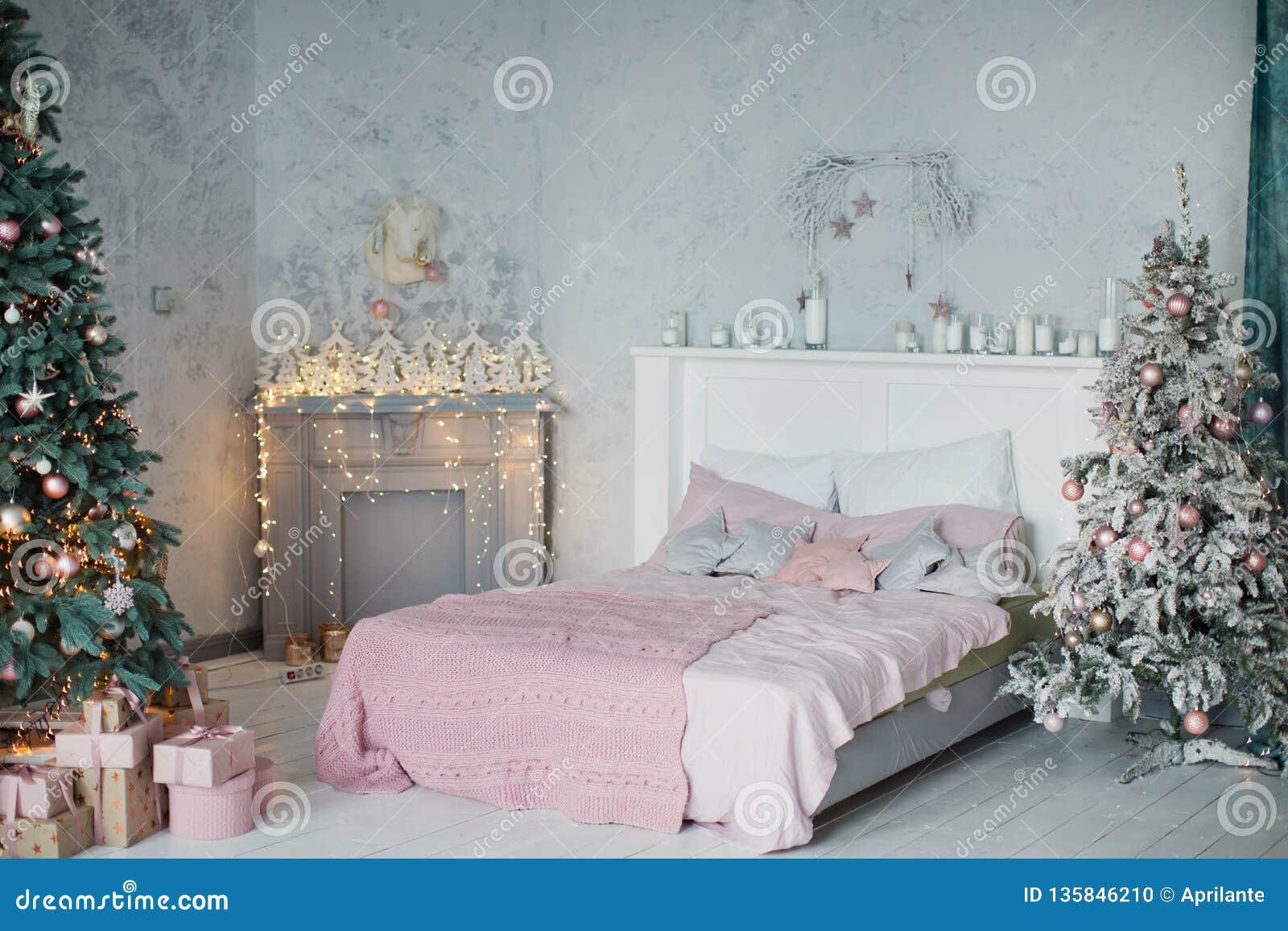 Chambre à Coucher De Noël Avec Le Rose Et La Décoration Grise