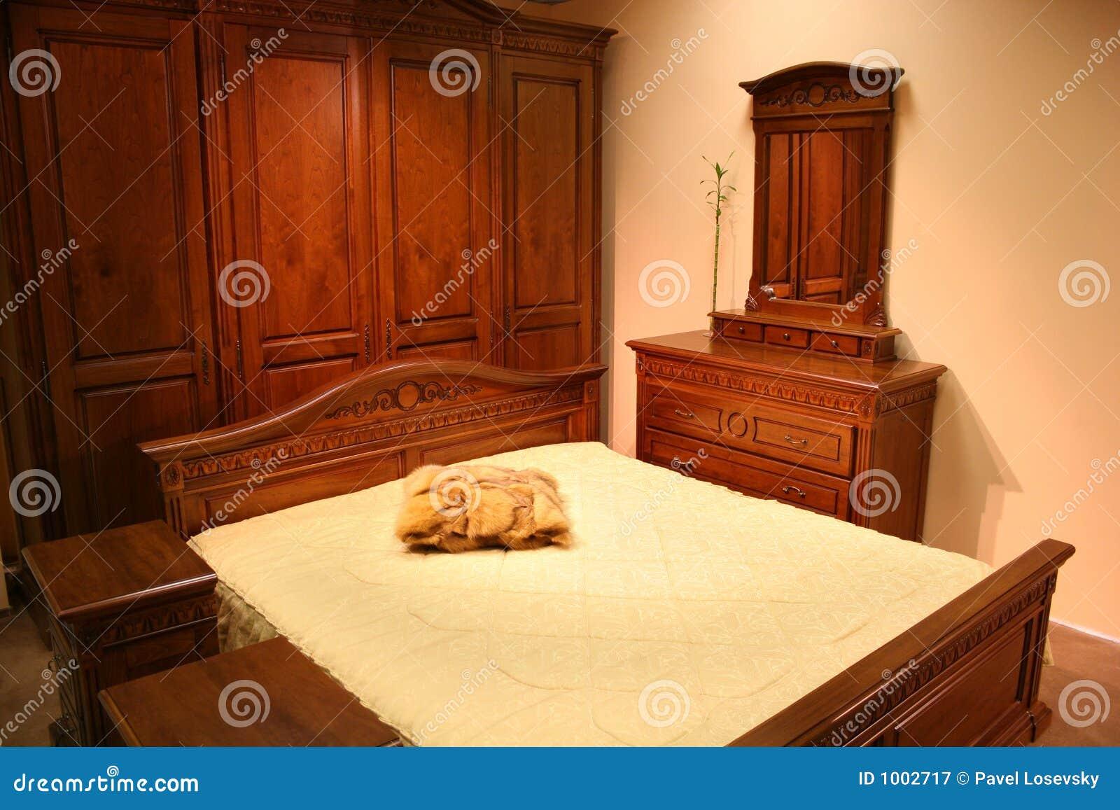 Chambre à Coucher En Bois Rouge Image stock - Image du outre, chêne ...